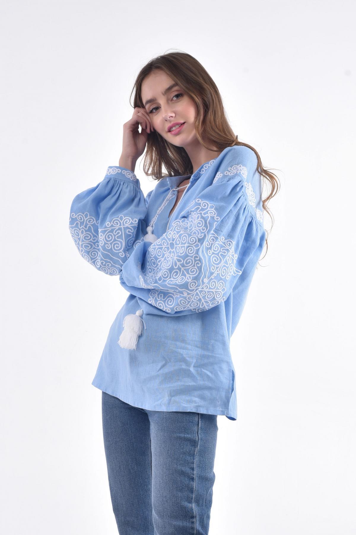 Вышитая рубашка с голубого льна с белой вышивкой. Фото №2. | Народный дом Украина