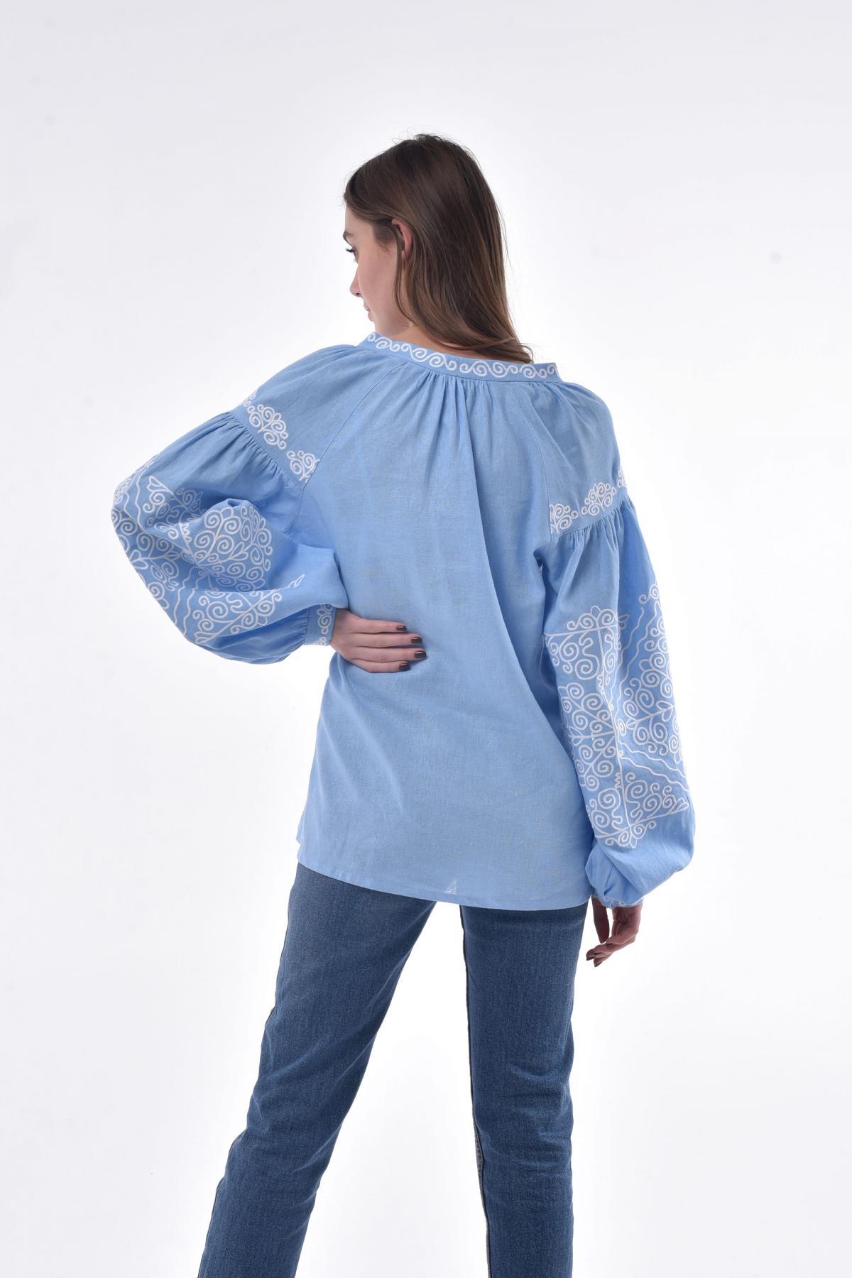 Вышитая рубашка с голубого льна с белой вышивкой. Фото №3. | Народный дом Украина