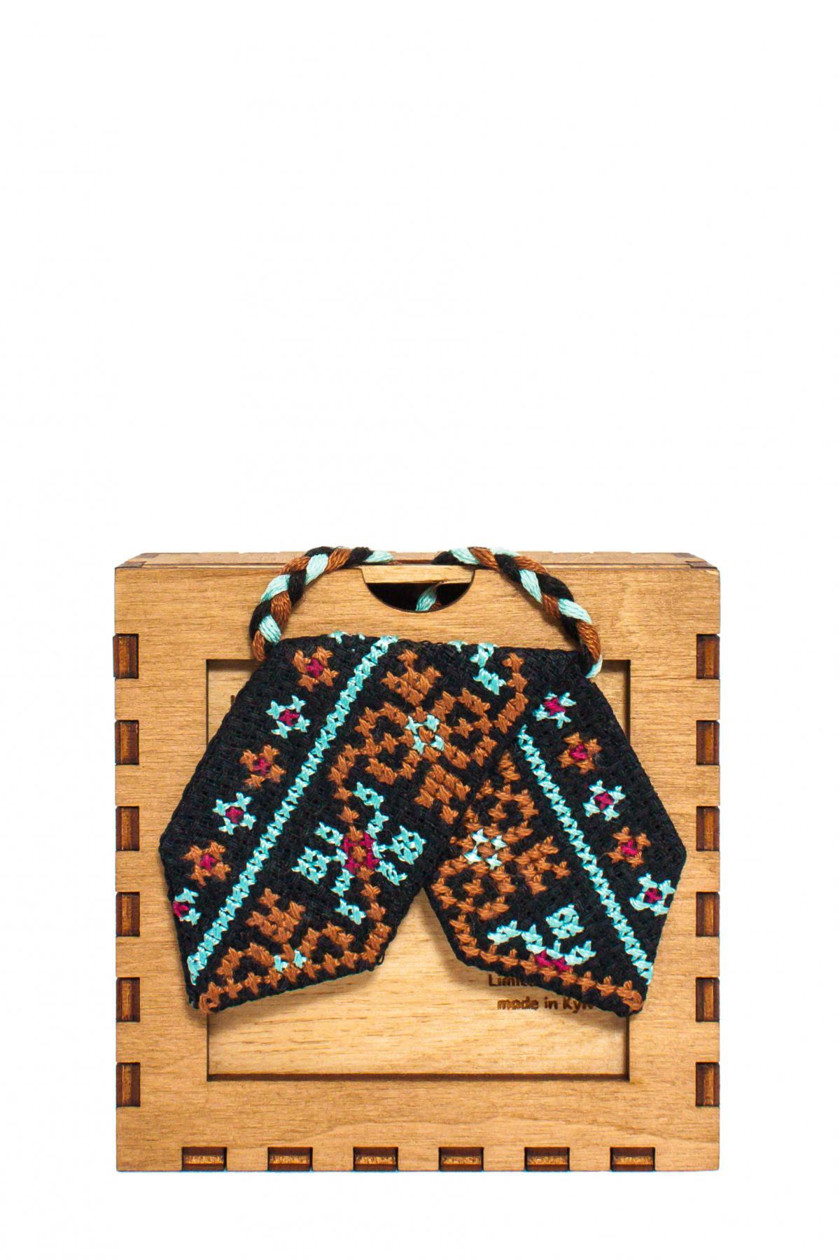 Кросс-галстук с красно-голубой вышивкой. Фото №1. | Народный дом Украина