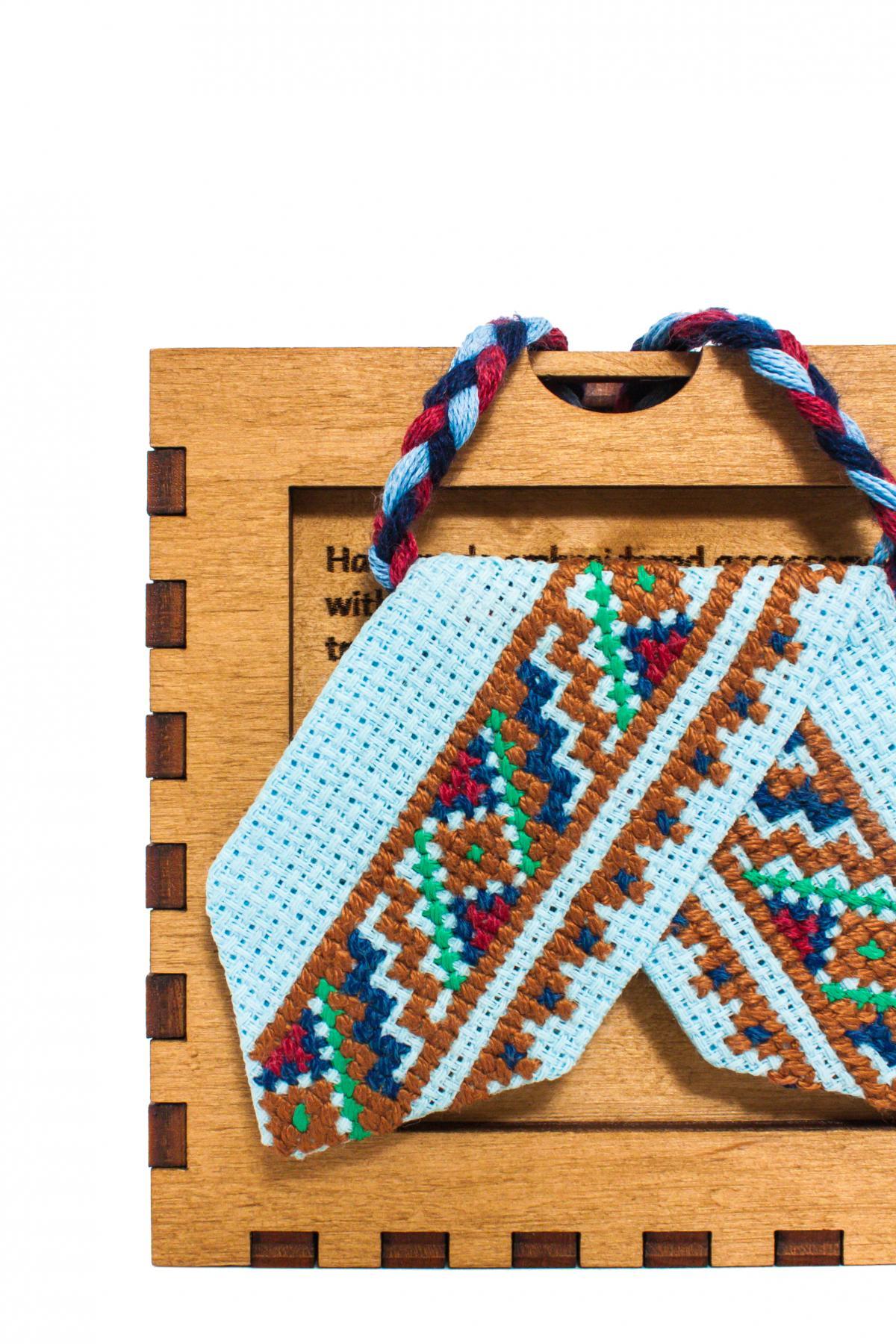 Голубой кросс-галстук с зеленой, красной и синей вышивкой. Фото №2. | Народный дом Украина