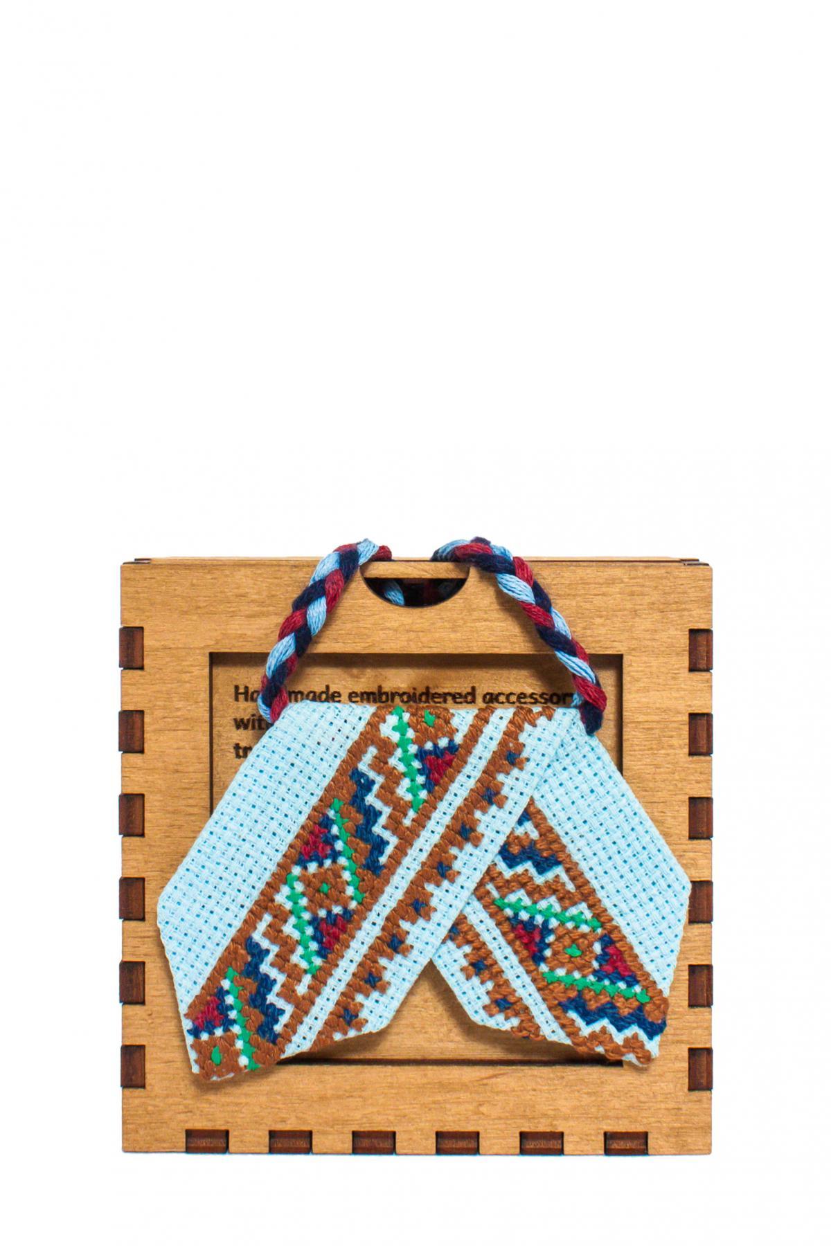 Голубой кросс-галстук с зеленой, красной и синей вышивкой. Фото №1. | Народный дом Украина