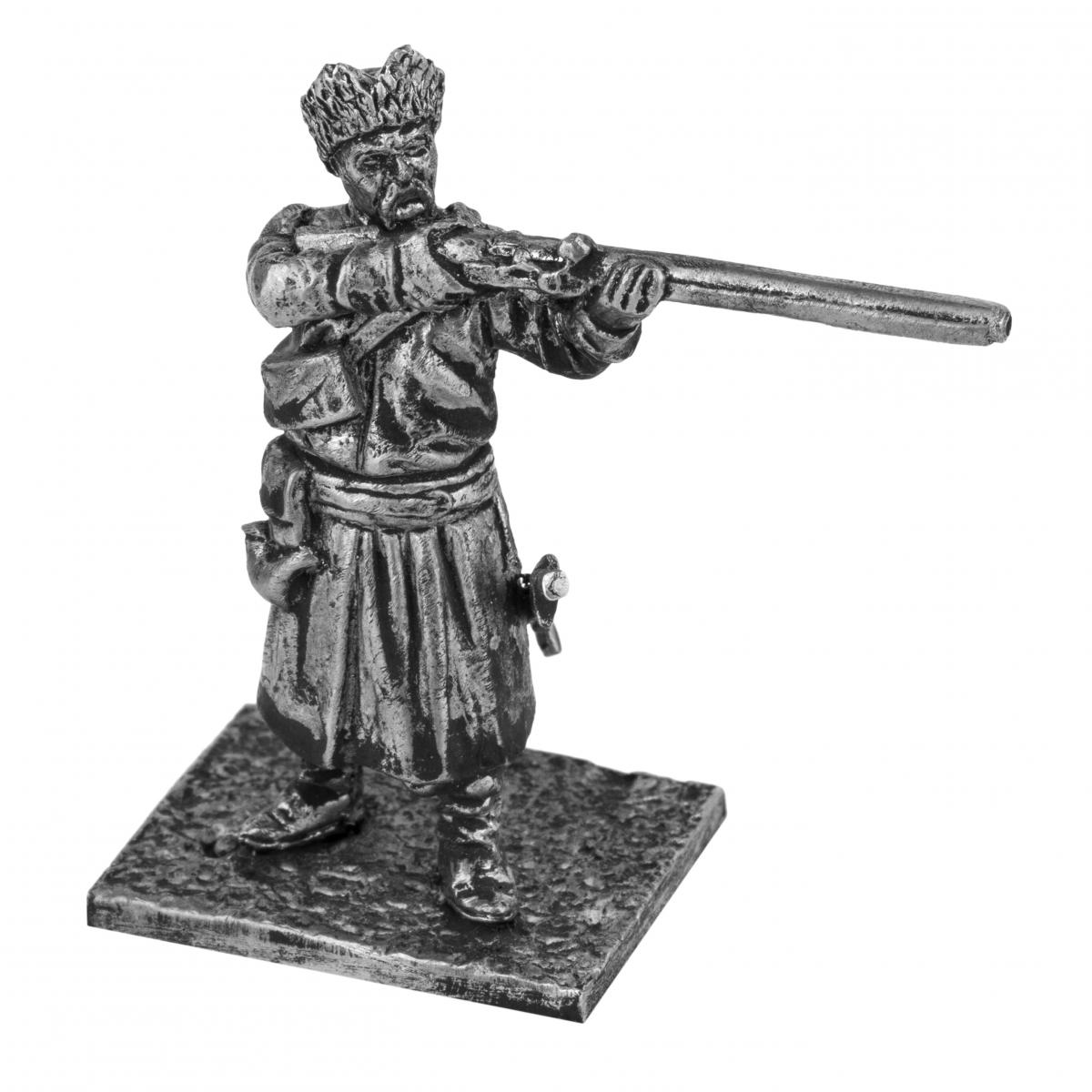 Серебристая фигурка мужчины с винтовкой