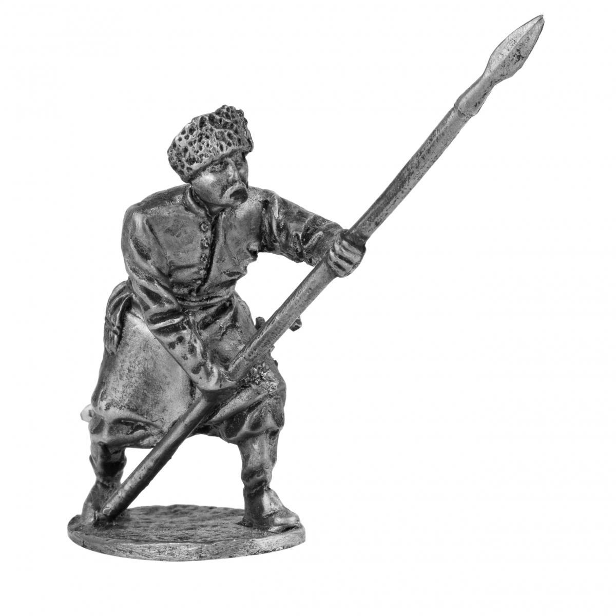 Серебристая фигурка человека с копьем