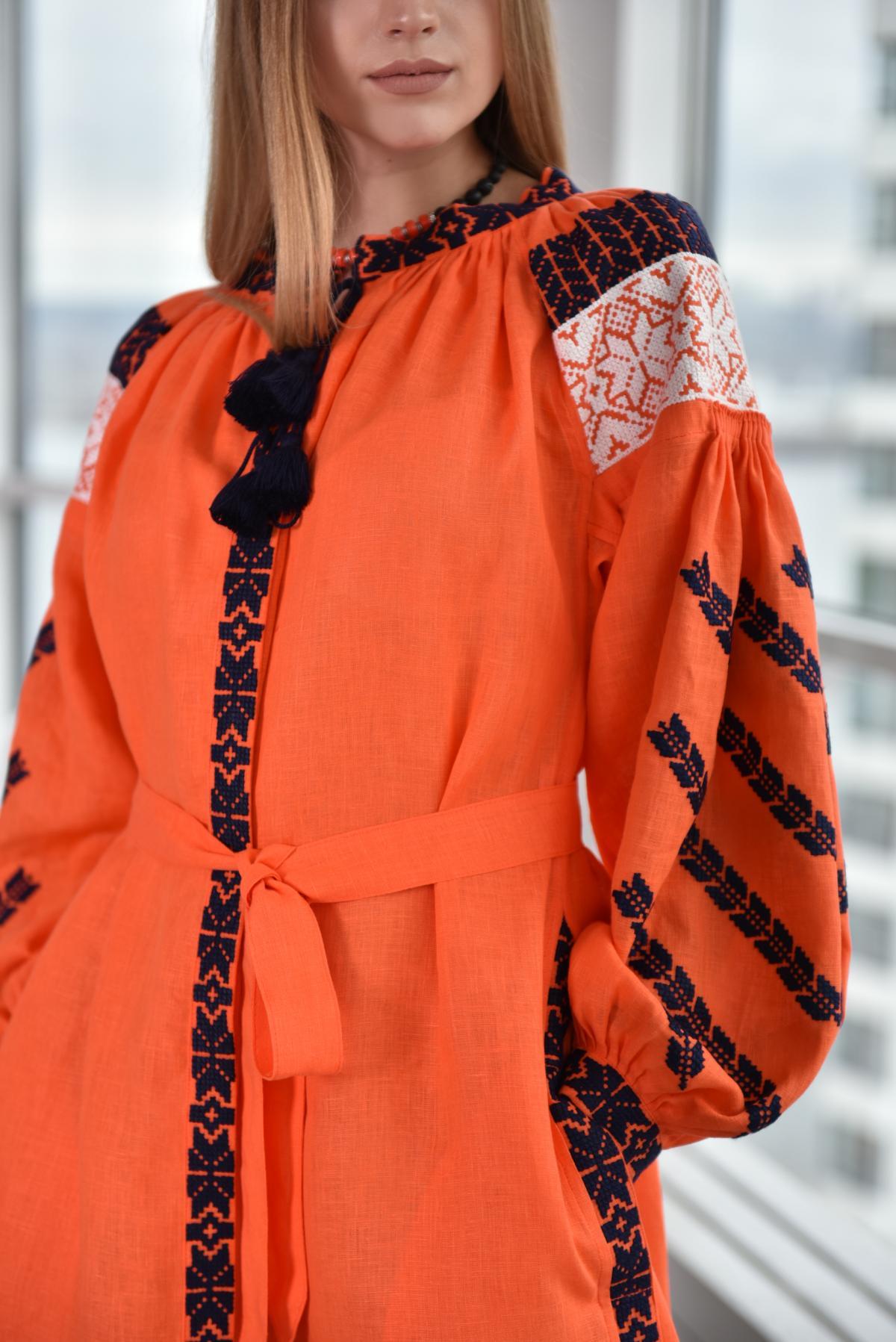 Оранжевое платье с бело-черной вышивкой. Фото №2. | Народный дом Украина