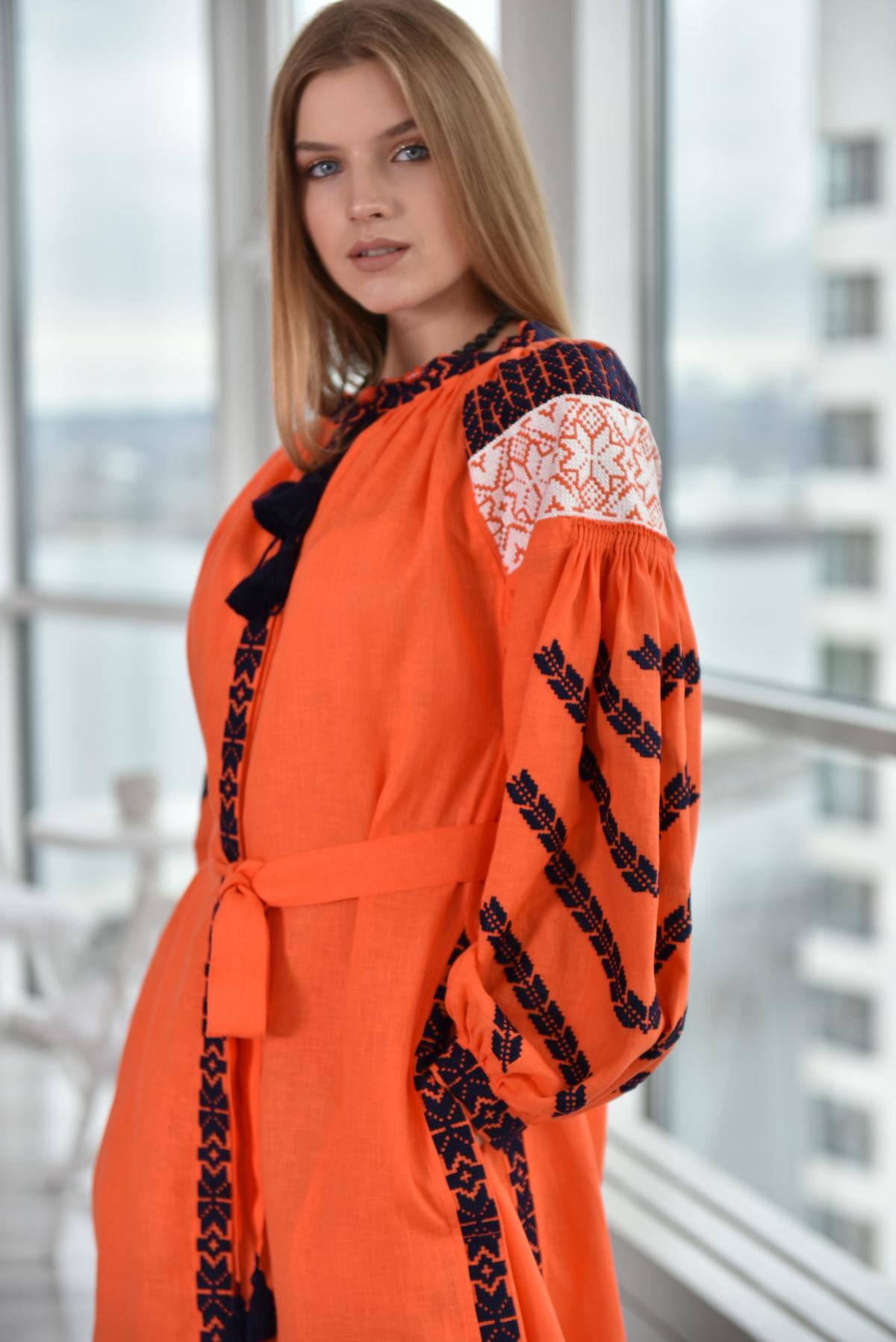 Оранжевое платье с бело-черной вышивкой. Фото №1. | Народный дом Украина