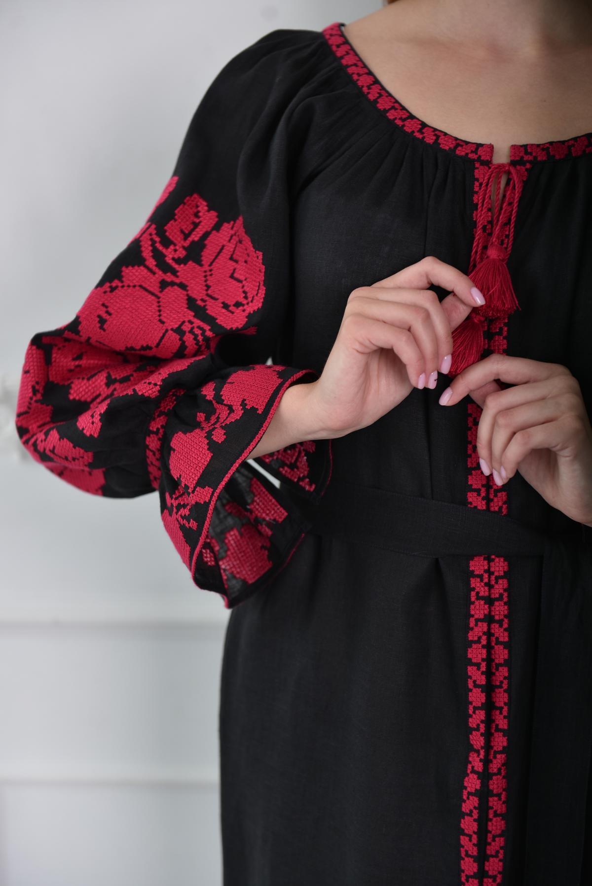 Черное платье-миди с малиновой вышивкой. Фото №3. | Народный дом Украина