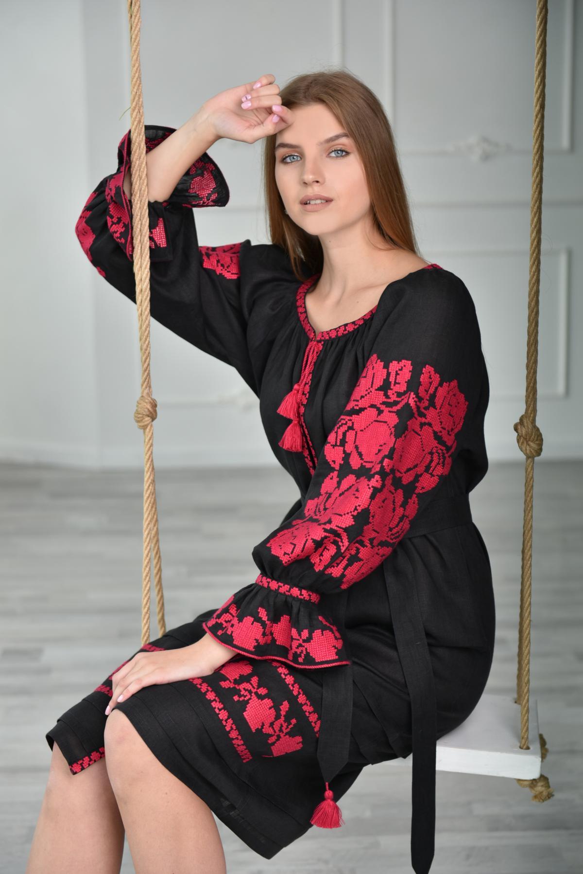 Черное платье-миди с малиновой вышивкой. Фото №4. | Народный дом Украина