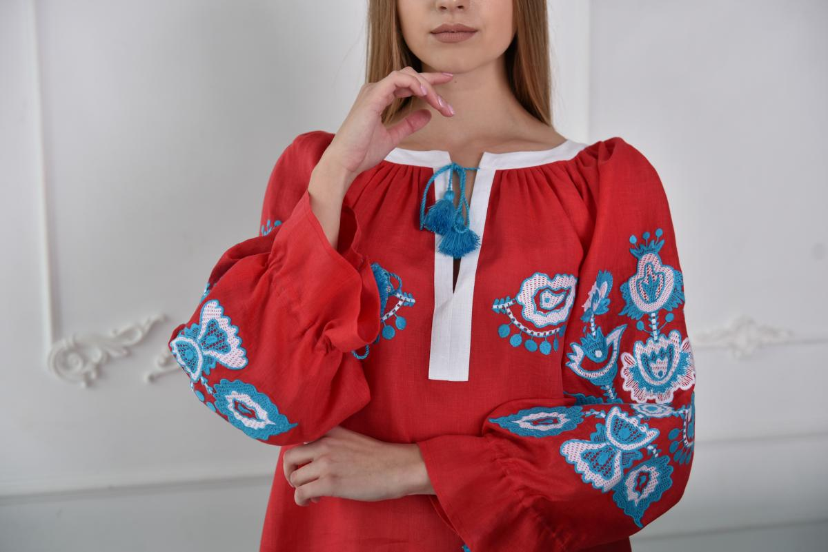 Embroidered red tunic with white and blue embroidery. Photo №2. | Narodnyi dim Ukraine