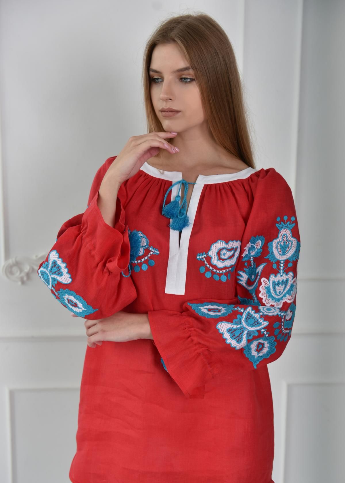 Embroidered red tunic with white and blue embroidery. Photo №3. | Narodnyi dim Ukraine