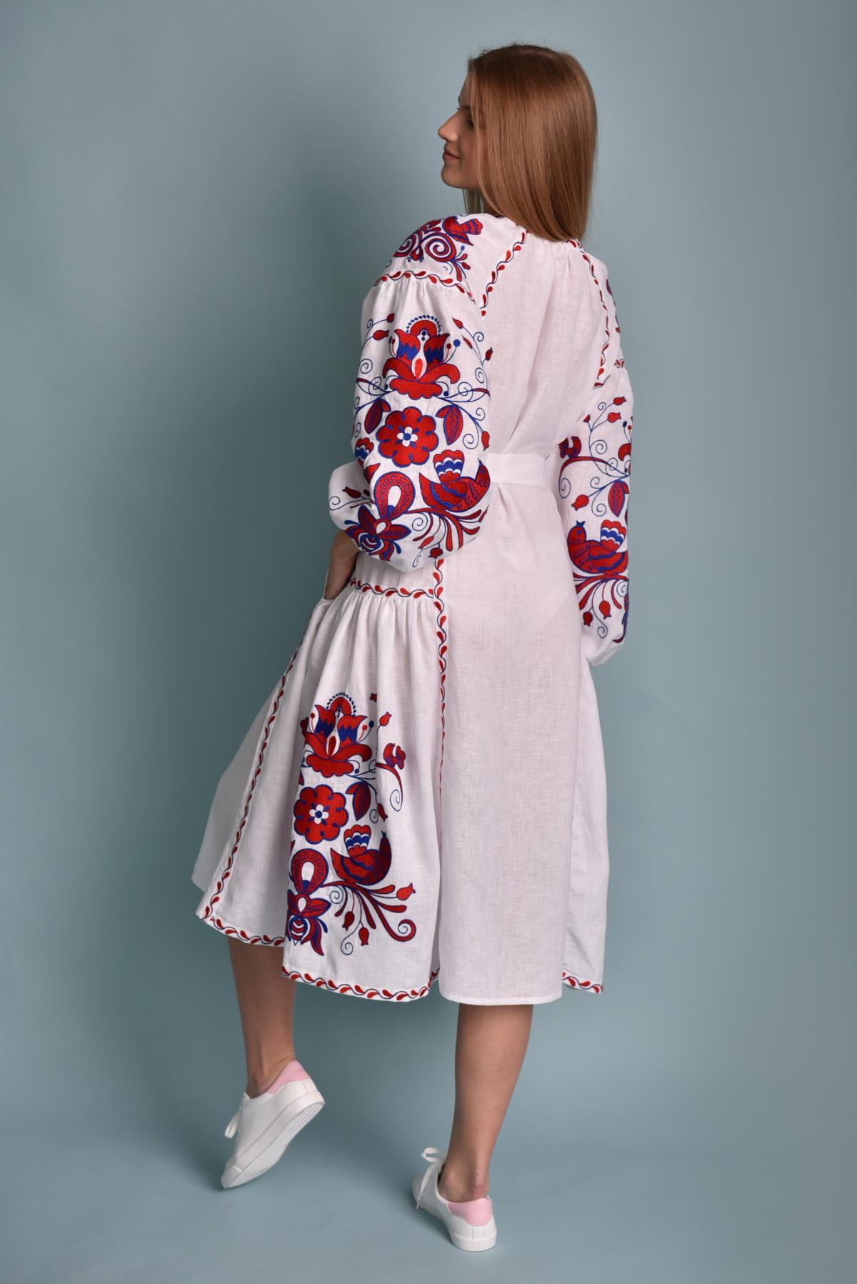 Белое платье с красно-синей вышивкой Птицы. Фото №2. | Народный дом Украина