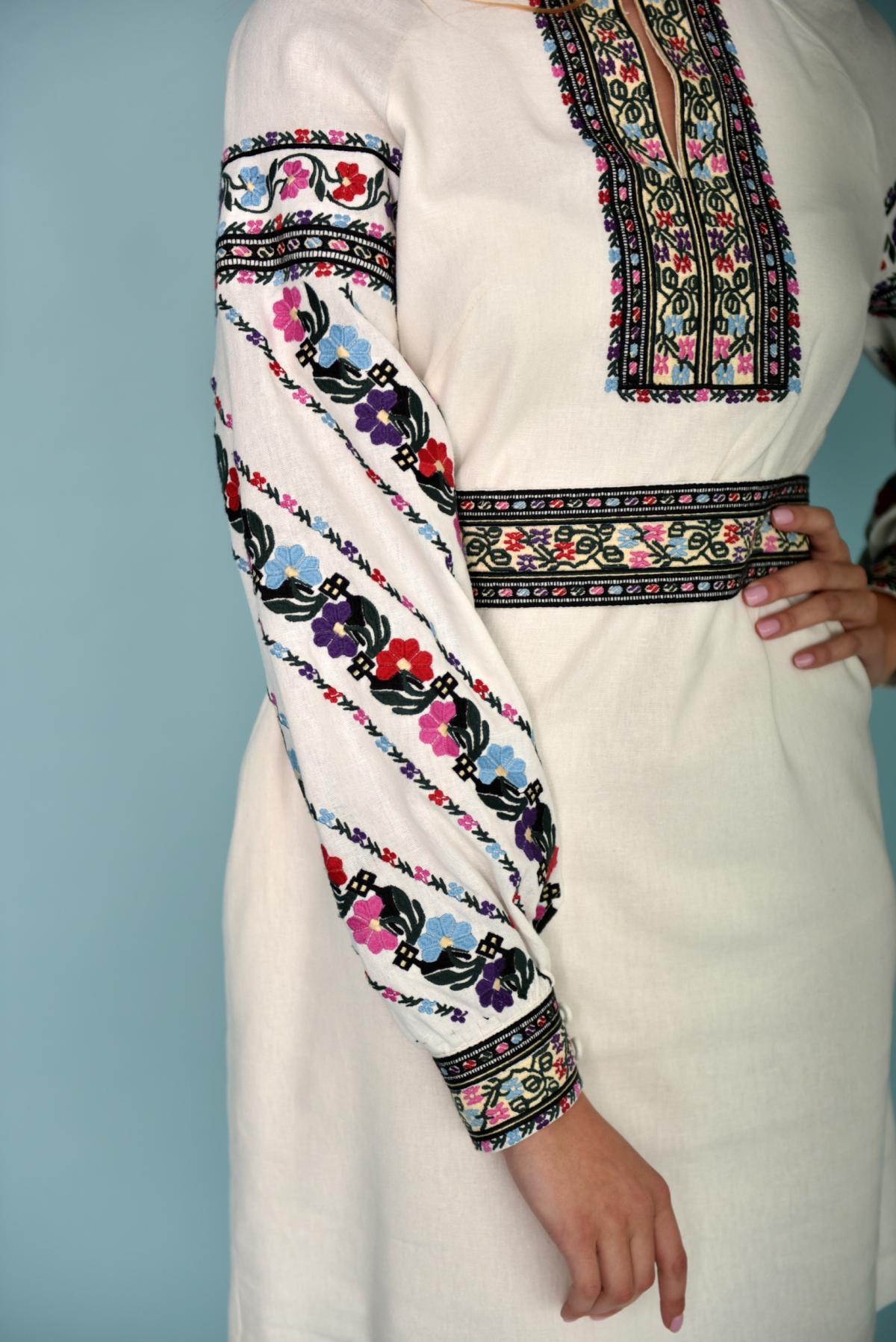 Біла вишита сукня з барвистою вишивкою. Фото №2. | Народний дім Україна