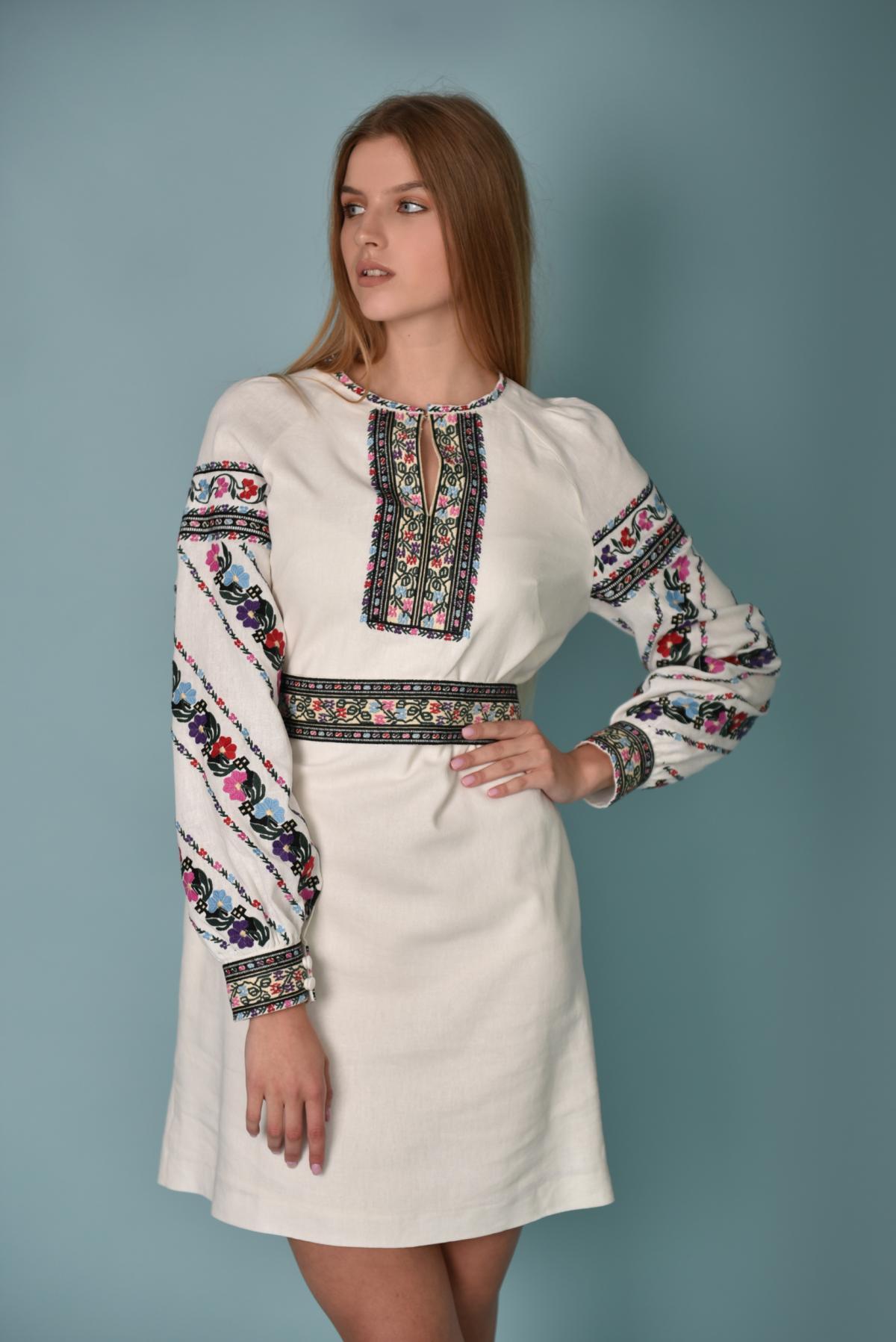 Біла вишита сукня з барвистою вишивкою. Фото №3. | Народний дім Україна