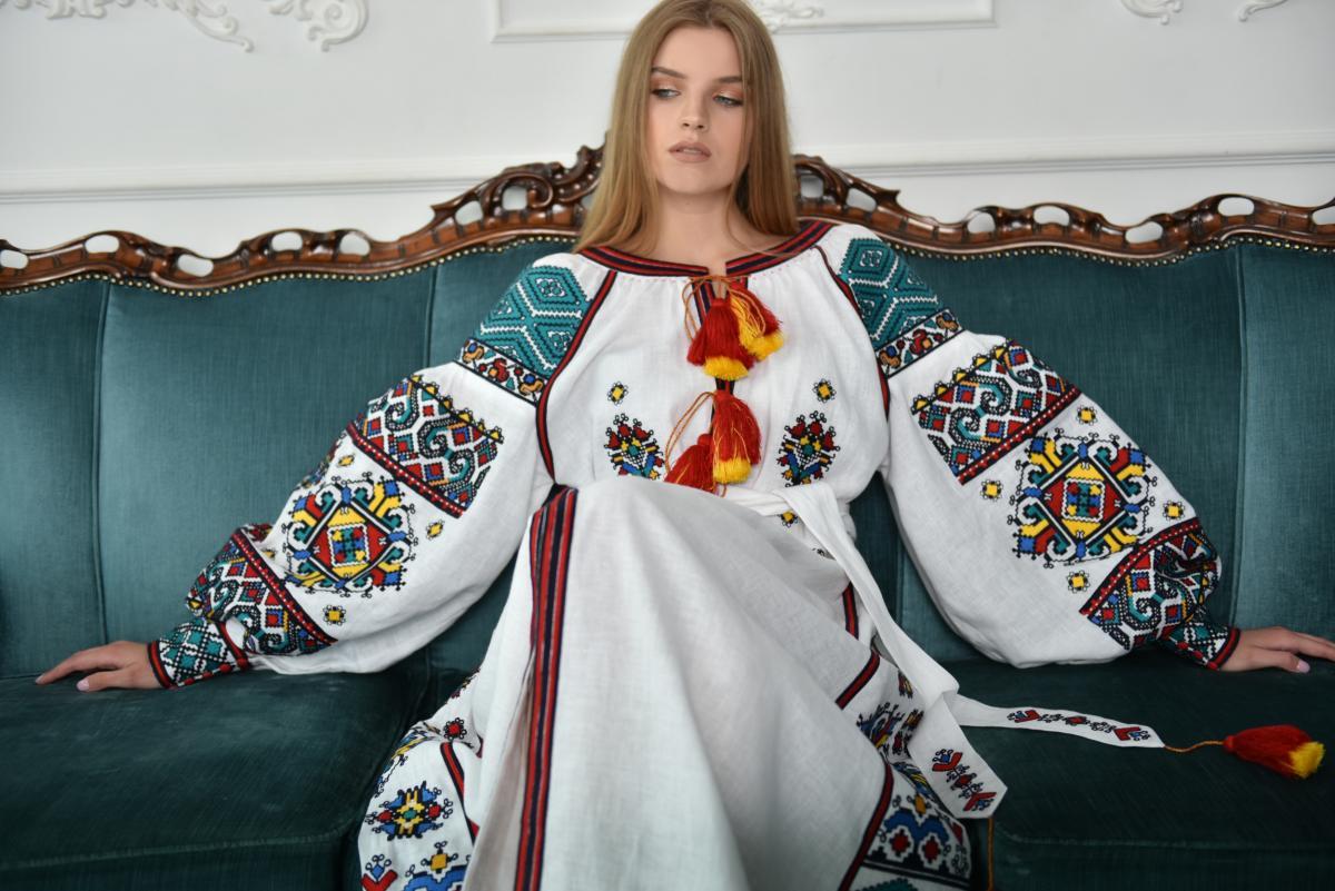 Длинное Белое платье-вышиванка с насыщенной вышивкой. Фото №2. | Народный дом Украина