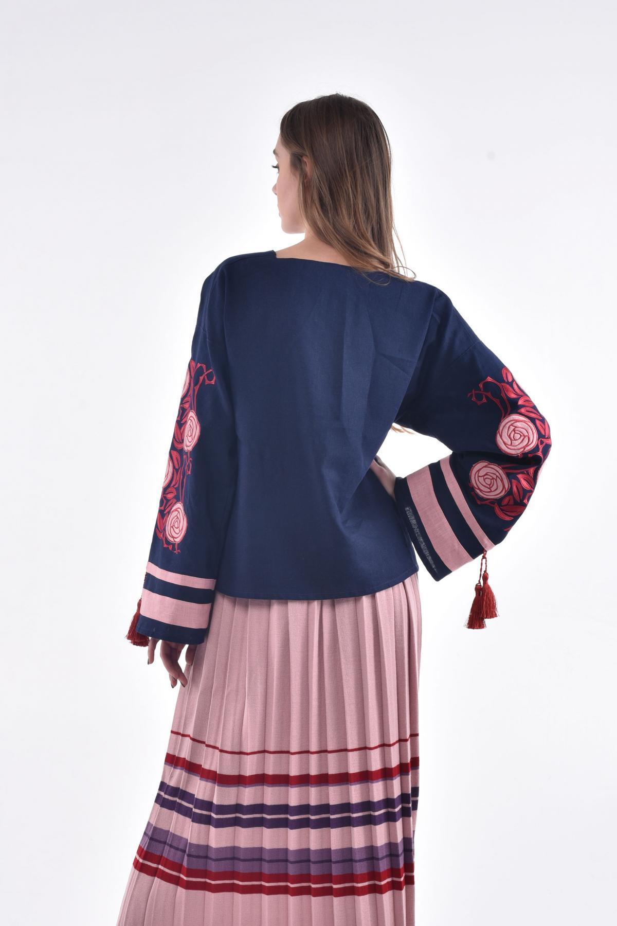 Блузка с вышивкой в виде шиповника темно-синяя. Фото №2. | Народный дом Украина