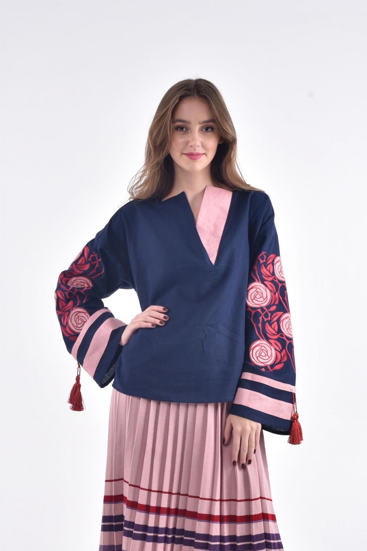 Блузка с вышивкой в виде шиповника темно-синяя. Фото №1. | Народный дом Украина