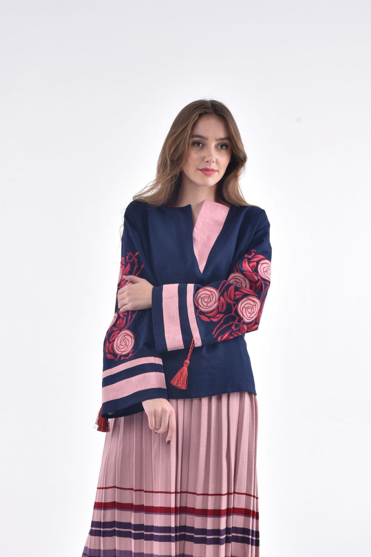 Блузка с вышивкой в виде шиповника темно-синяя. Фото №3. | Народный дом Украина