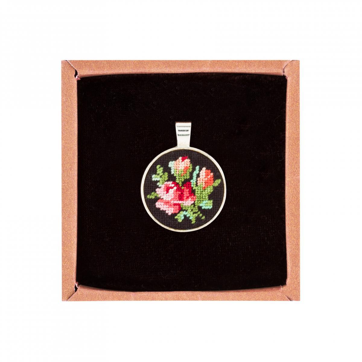 Круглый кулон с розами в технике микровишивкы. Фото №1.   Народный дом Украина