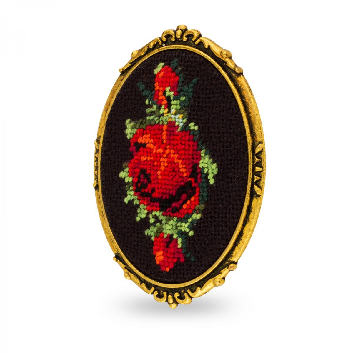 Брошь с вышитой красной розой в технике микровишивкы. Фото №2. | Народный дом Украина