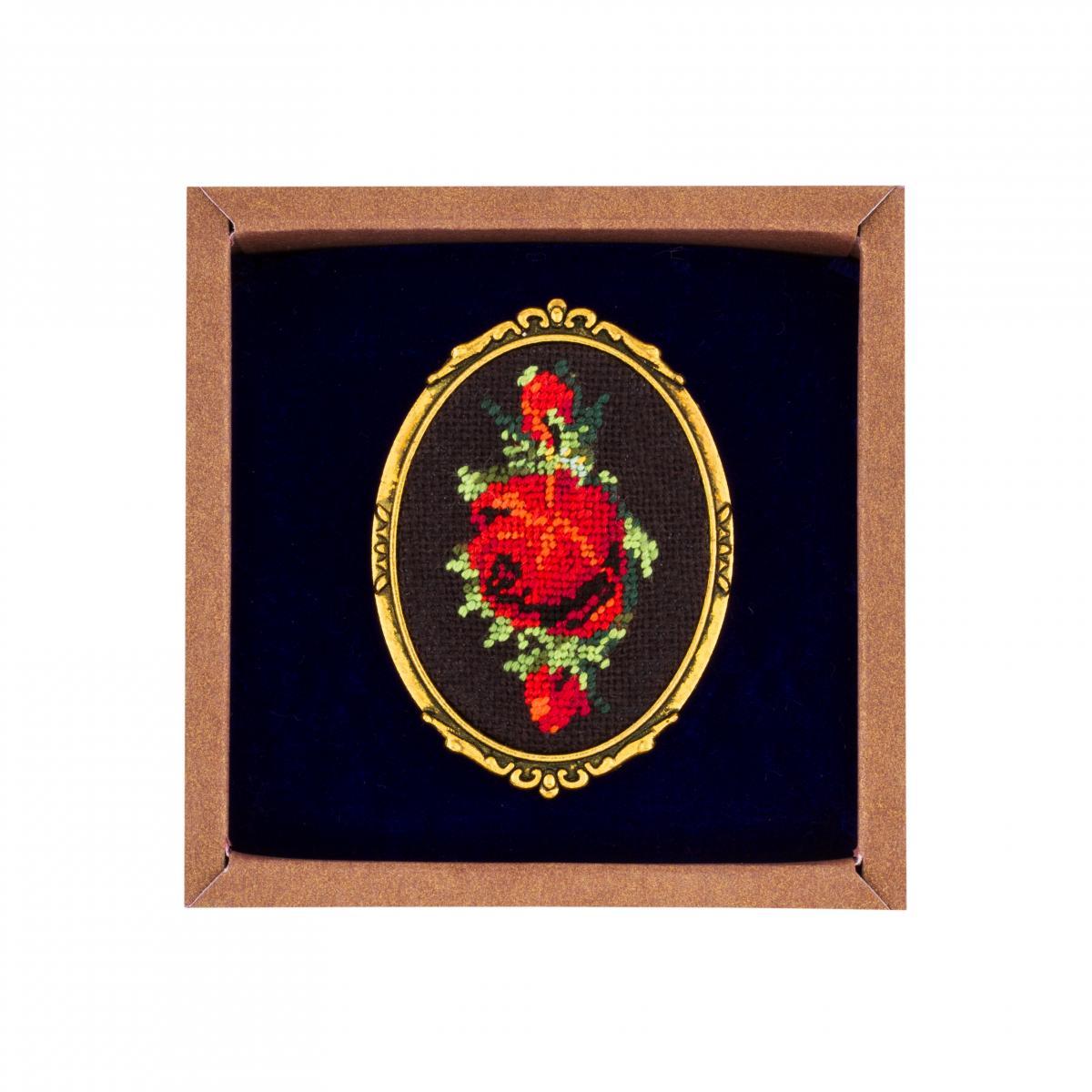 Брошь с вышитой красной розой в технике микровишивкы. Фото №1. | Народный дом Украина