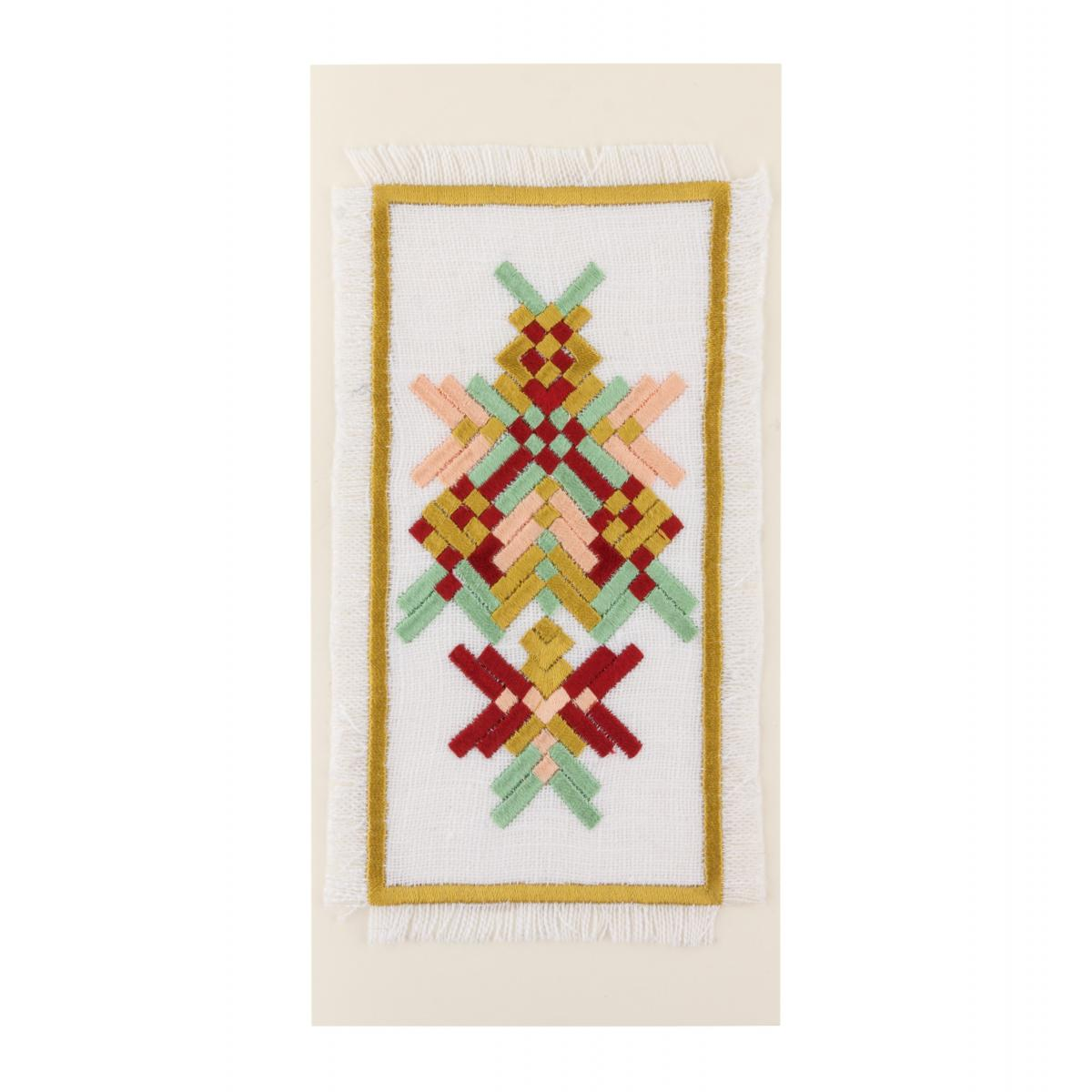 Открытка с вышивкой в пастельных и бордовых тонах
