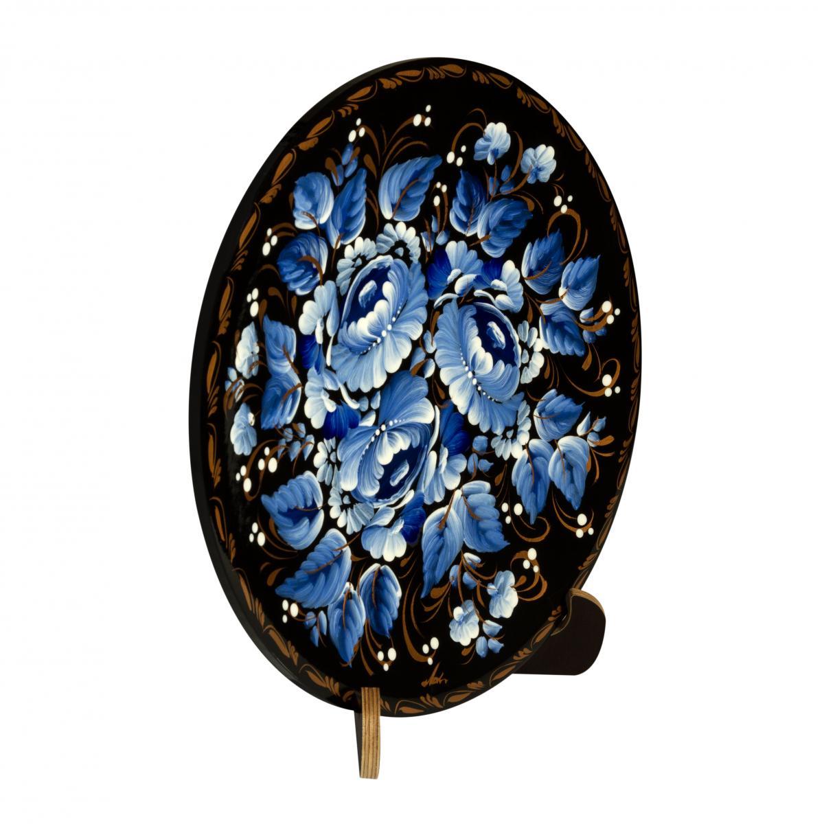 Деревянная декоративная тарелка с голубыми цветами. Фото №1. | Народный дом Украина