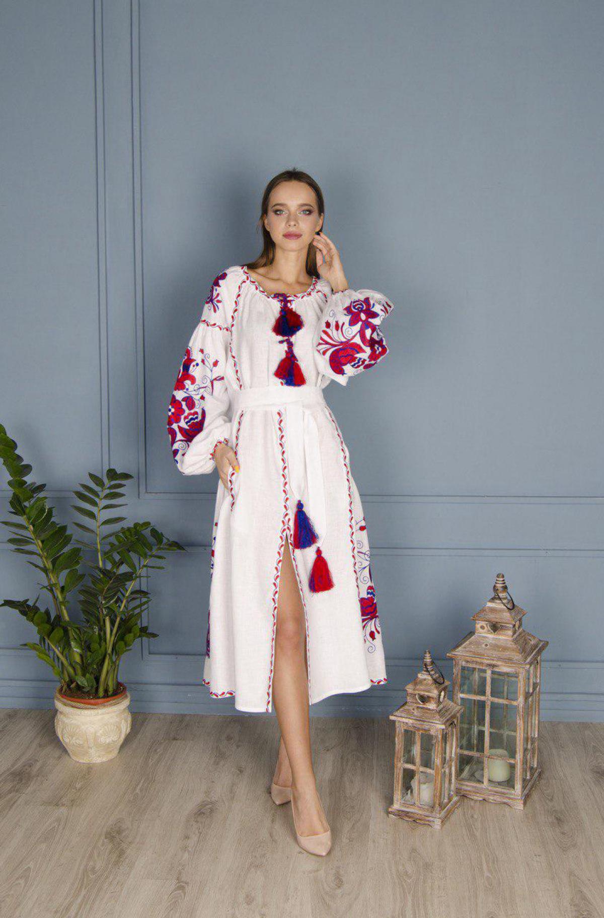 Белое платье с красно-синей вышивкой Птицы. Фото №1. | Народный дом Украина