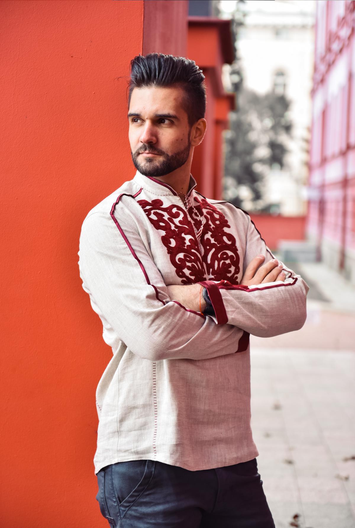 Бежевая мужская вышиванка с красной вышивкой. Фото №2. | Народный дом Украина