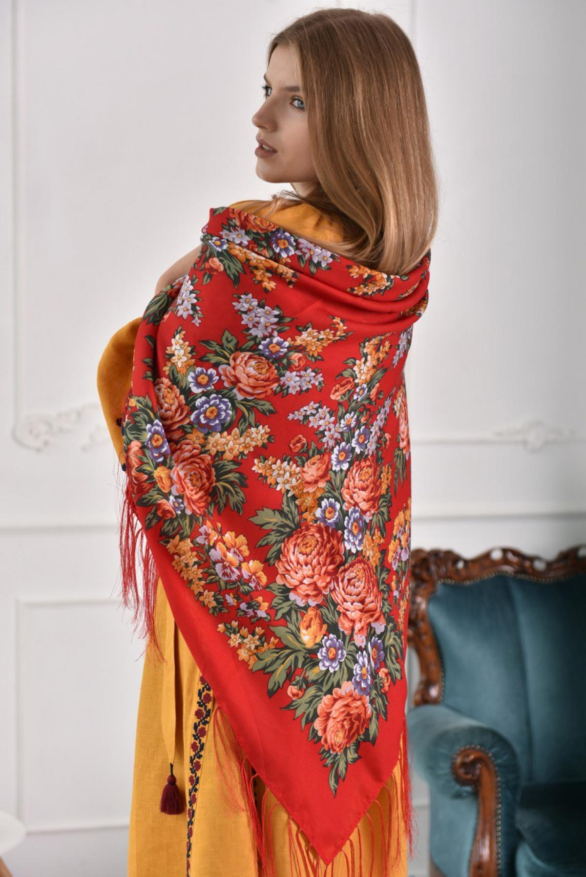 Red Ukrainian shawl with a floral pattern. Photo №1. | Narodnyi dim Ukraine