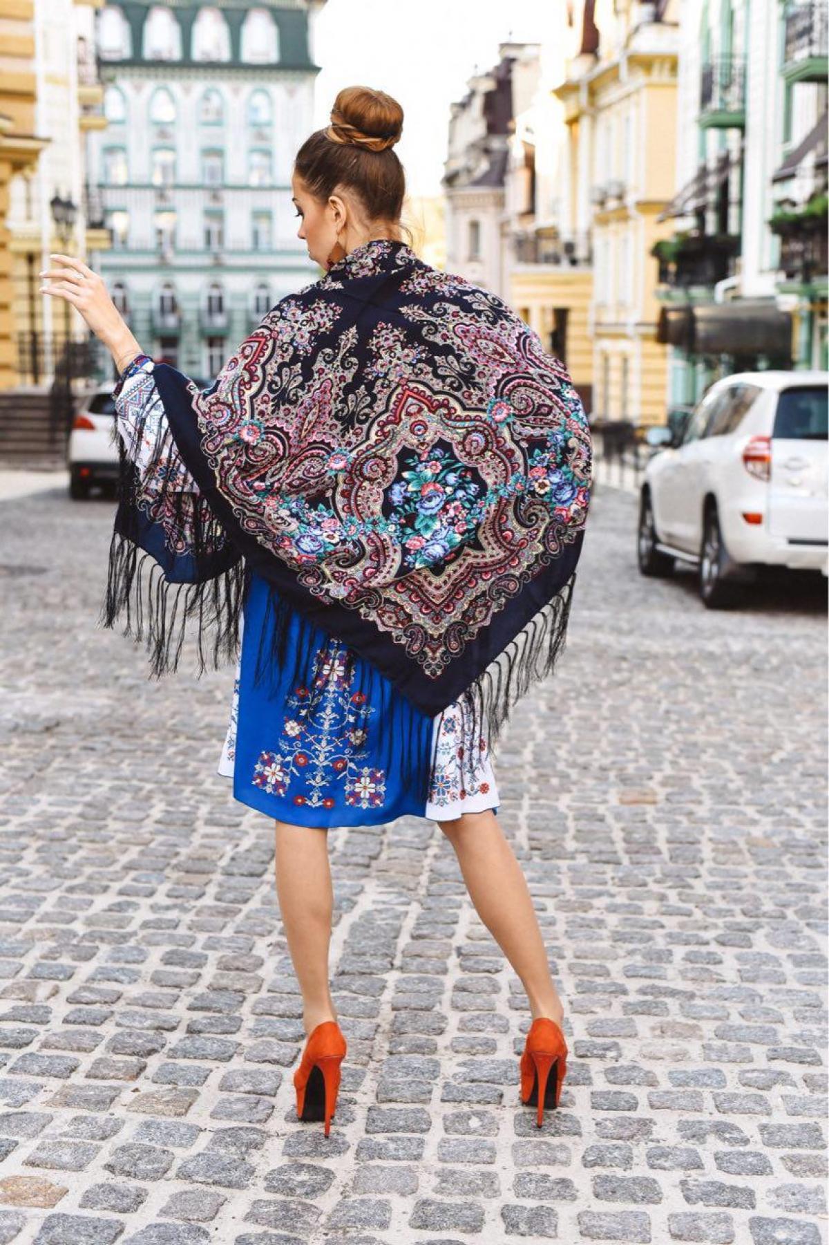 Хустка чорна з яскравим блакитно-рожевим візерунком. Фото №2. | Народний дім Україна