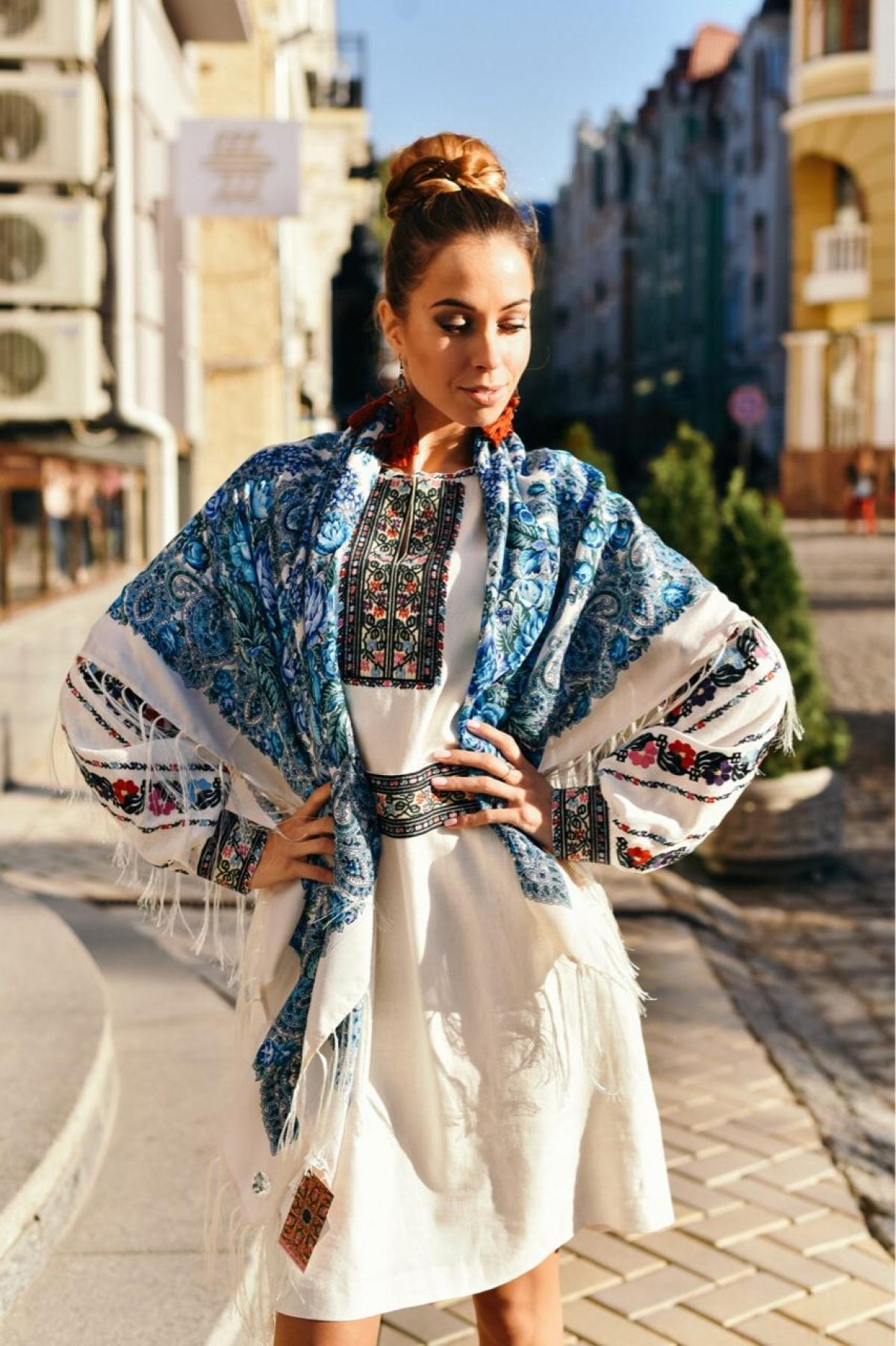 Молочный украинский платок с голубыми узорами. Фото №2.   Народный дом Украина