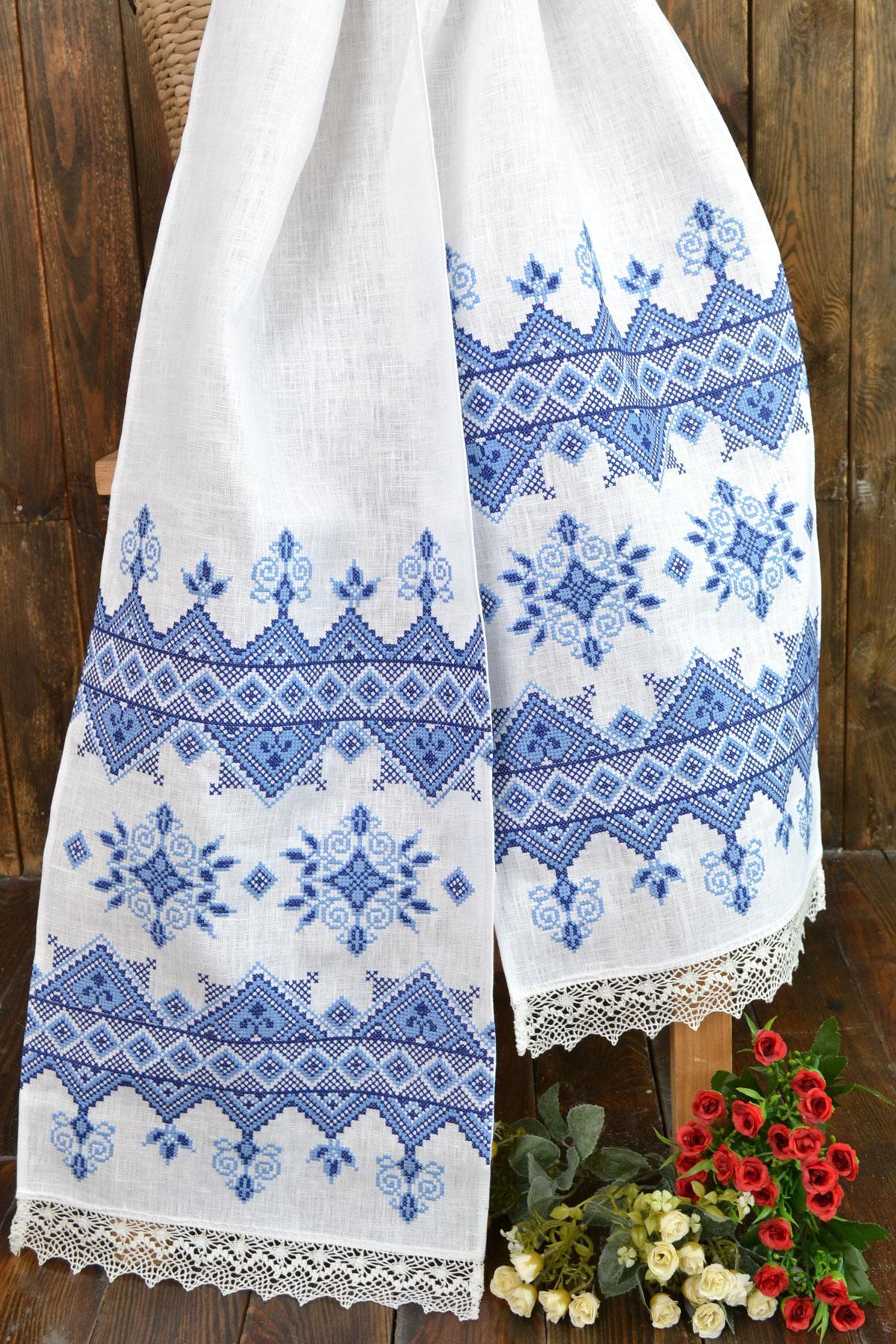 Полотенце с голубой вышивкой