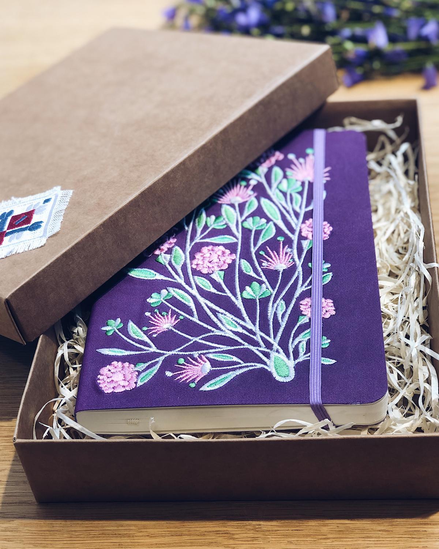 Блокнот фиолетового цвета с вышитыми цветами в коробочке. Фото №2. | Народный дом Украина