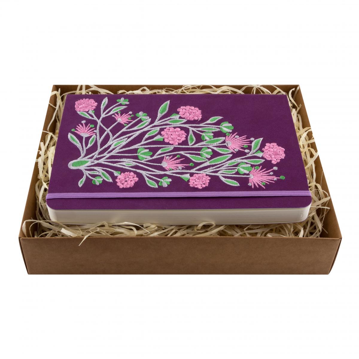 Блокнот фиолетового цвета с вышитыми цветами в коробочке. Фото №1. | Народный дом Украина