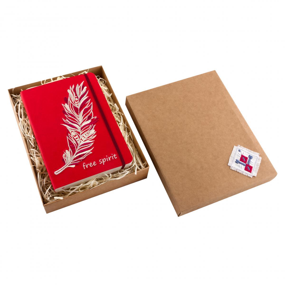Блокнот из эко-кожи с вышитой пером Free spirit, красный. Фото №3. | Народный дом Украина