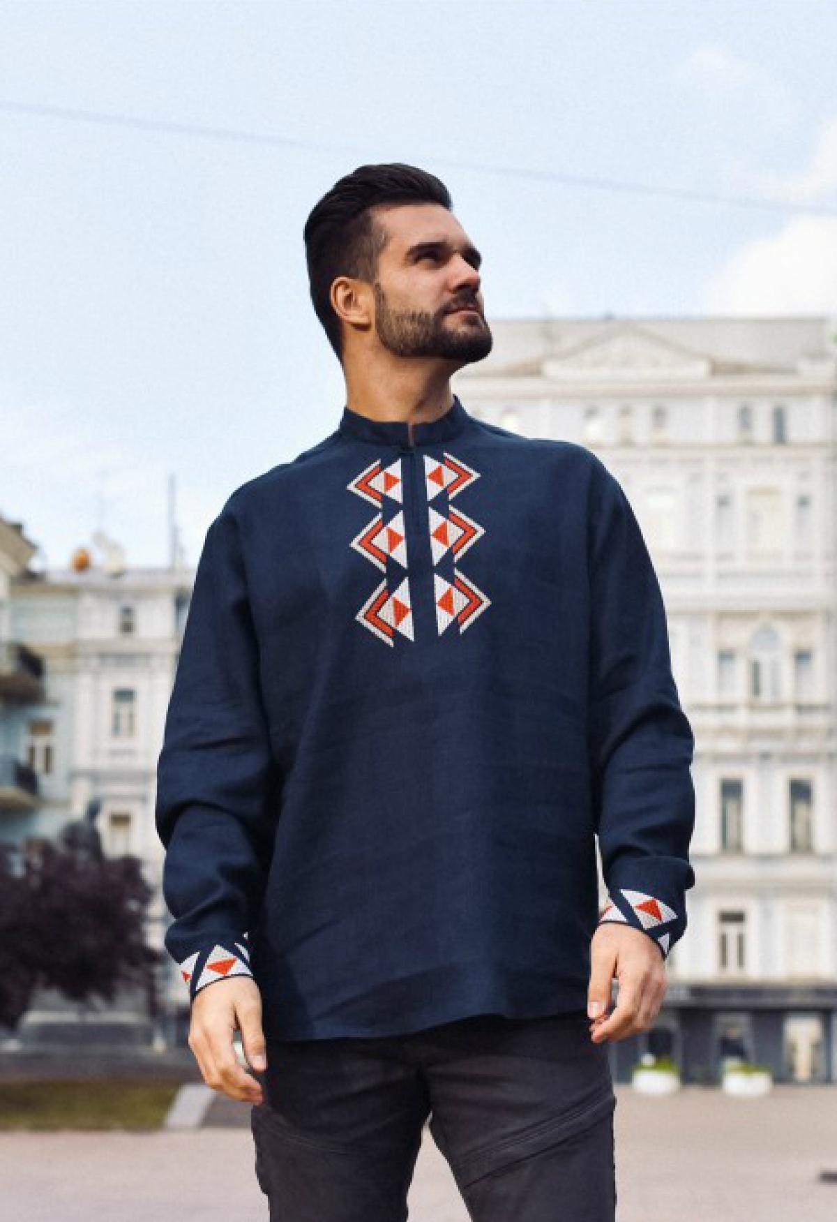 Темно-синяя дизайнерская мужская вышиванка с бело-красной вышивкой