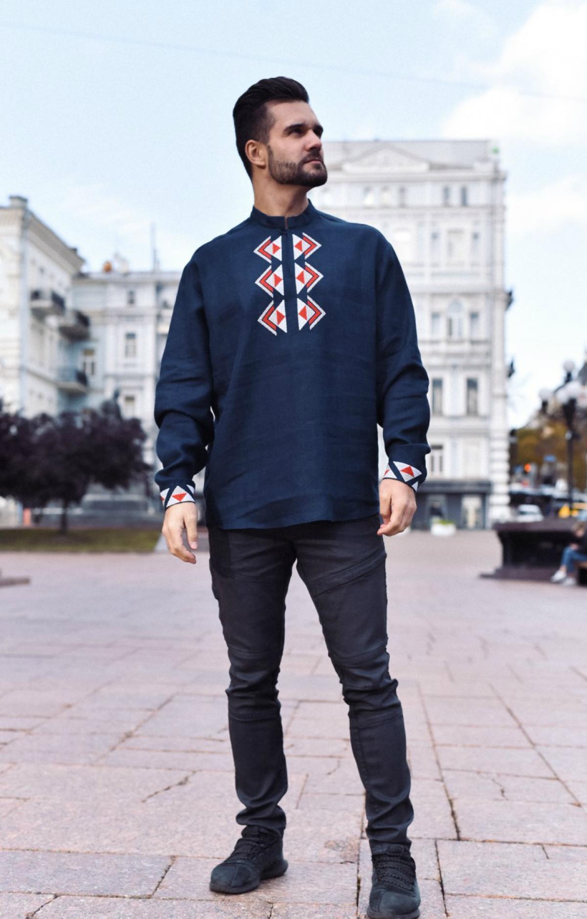 Темно-синя дизайнерська чоловіча вишиванка з біло-червоною вишивкою. Фото №2. | Народний дім Україна