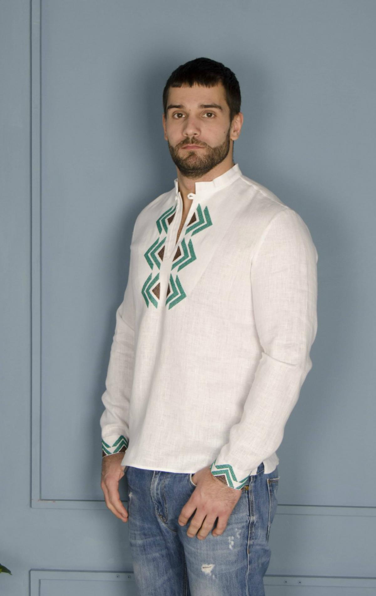 Біла чоловіча дизайнерська вишиванка з зеленим візерунком. Фото №1. | Народний дім Україна