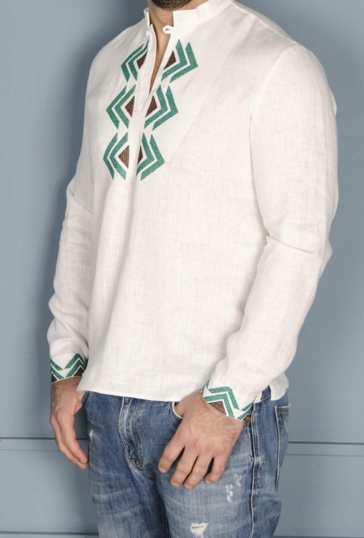 Біла чоловіча дизайнерська вишиванка з зеленим візерунком. Фото №2. | Народний дім Україна
