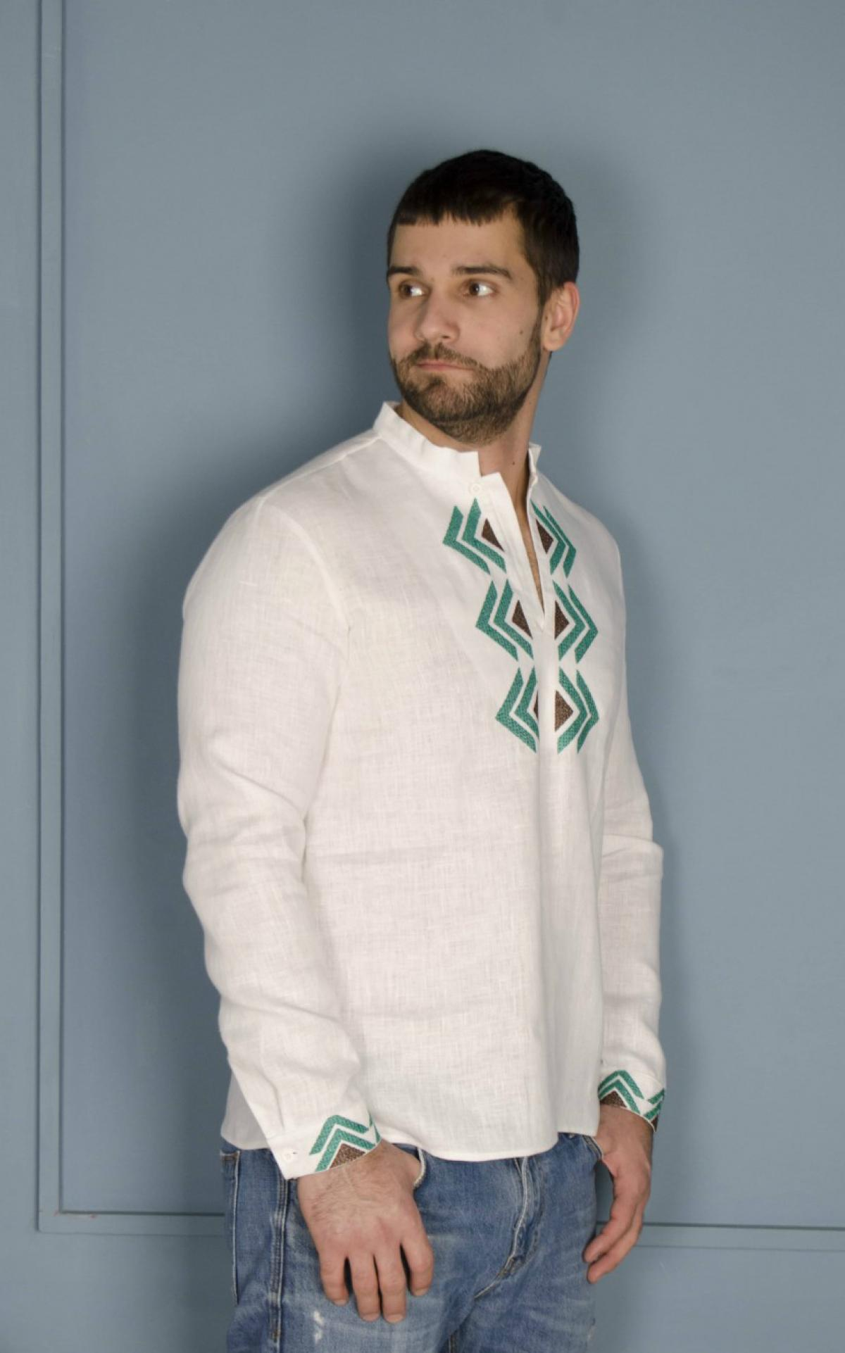 Біла чоловіча дизайнерська вишиванка з зеленим візерунком. Фото №4. | Народний дім Україна