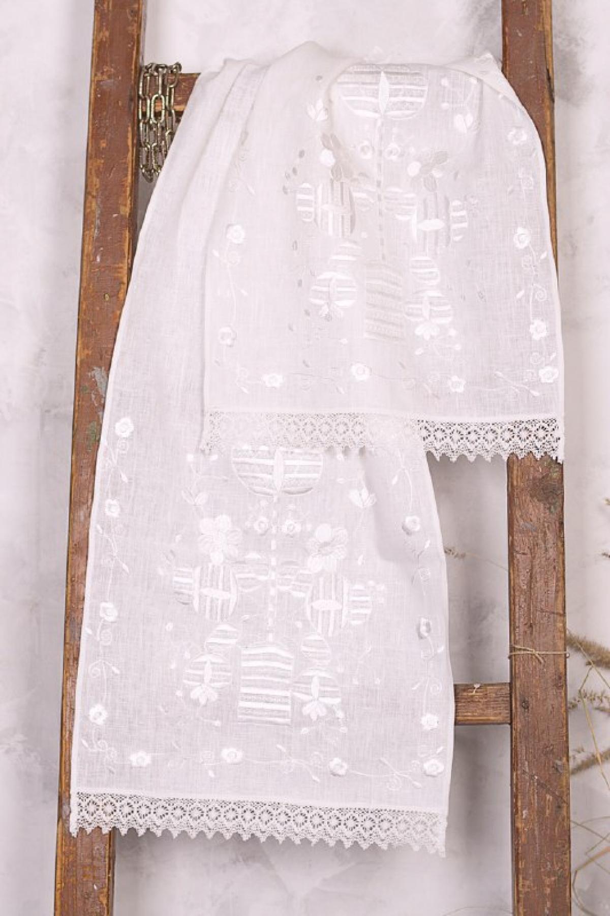 Белый рушник с белой вышивкой