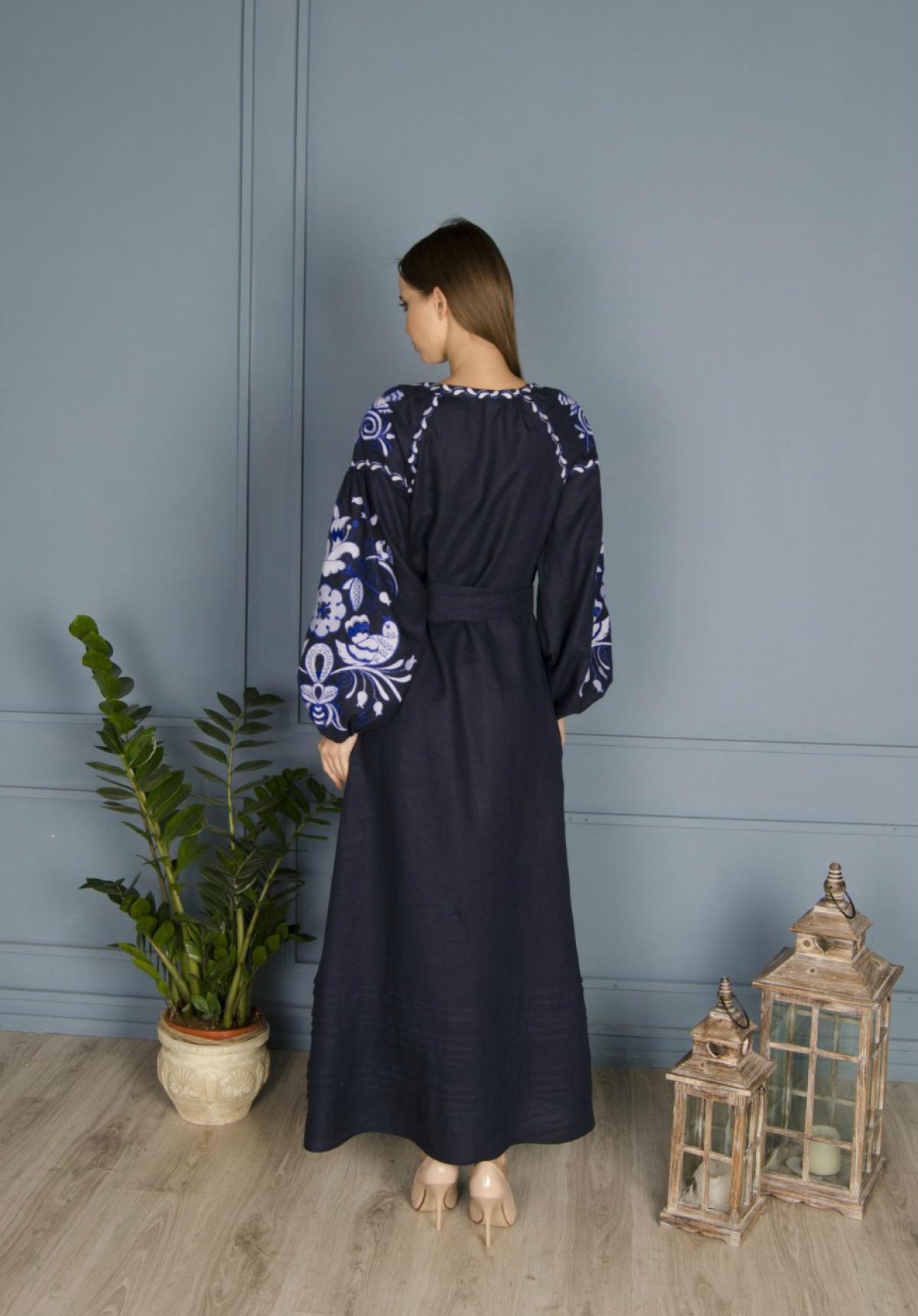 Довга синя лляна сукня з білим орнаментом. Фото №2. | Народний дім Україна