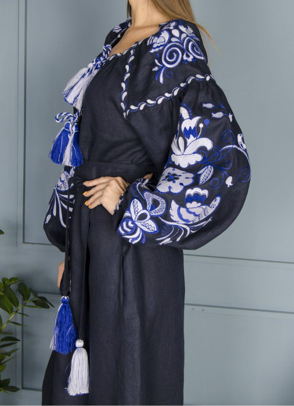 Довга синя лляна сукня з білим орнаментом. Фото №3. | Народний дім Україна