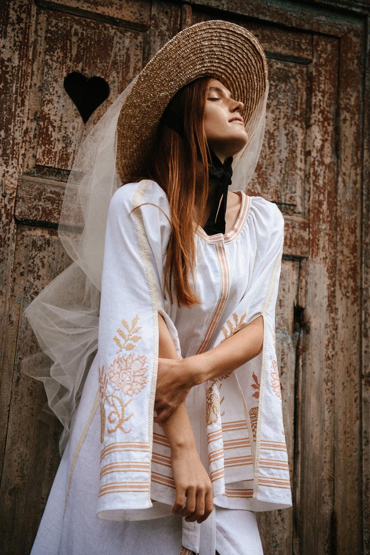 Молочна сукня з пишними рукавами з розрізами. Фото №1. | Народний дім Україна