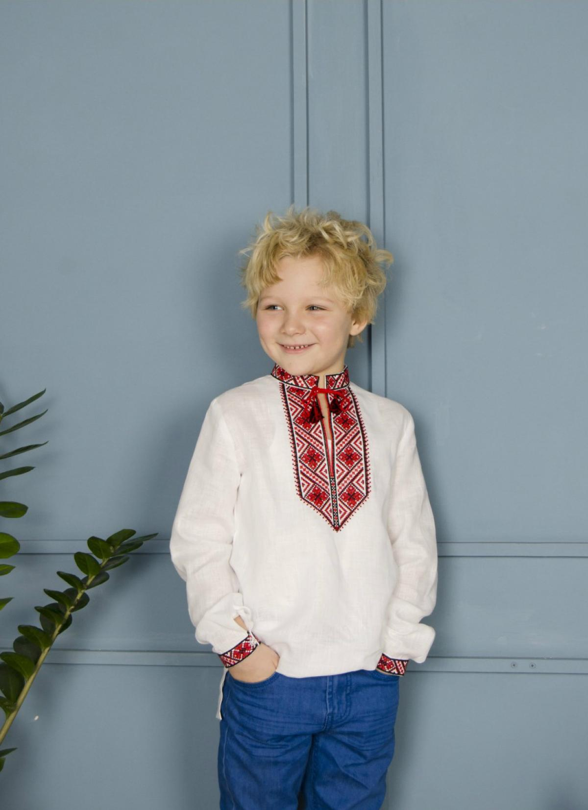 Вишиванка для хлопчика з червоно-чорною вишивкою. Фото №2. | Народний дім Україна
