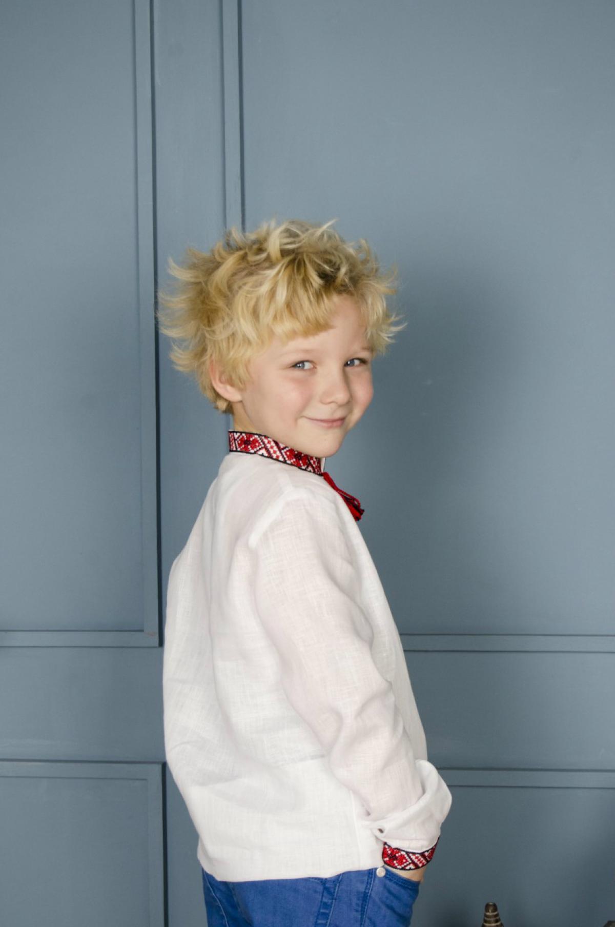 Вишиванка для хлопчика з червоно-чорною вишивкою. Фото №4. | Народний дім Україна