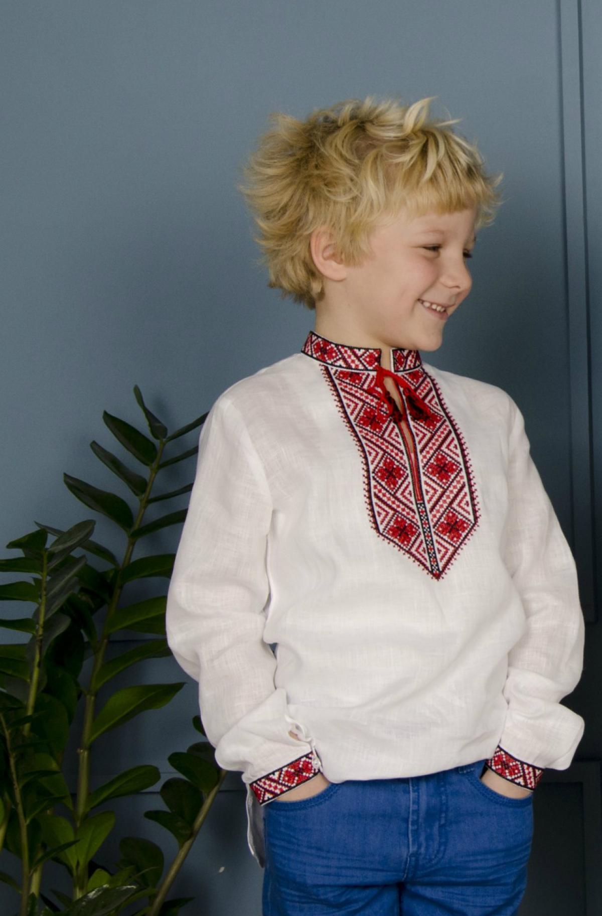 Вишиванка для хлопчика з червоно-чорною вишивкою. Фото №1. | Народний дім Україна