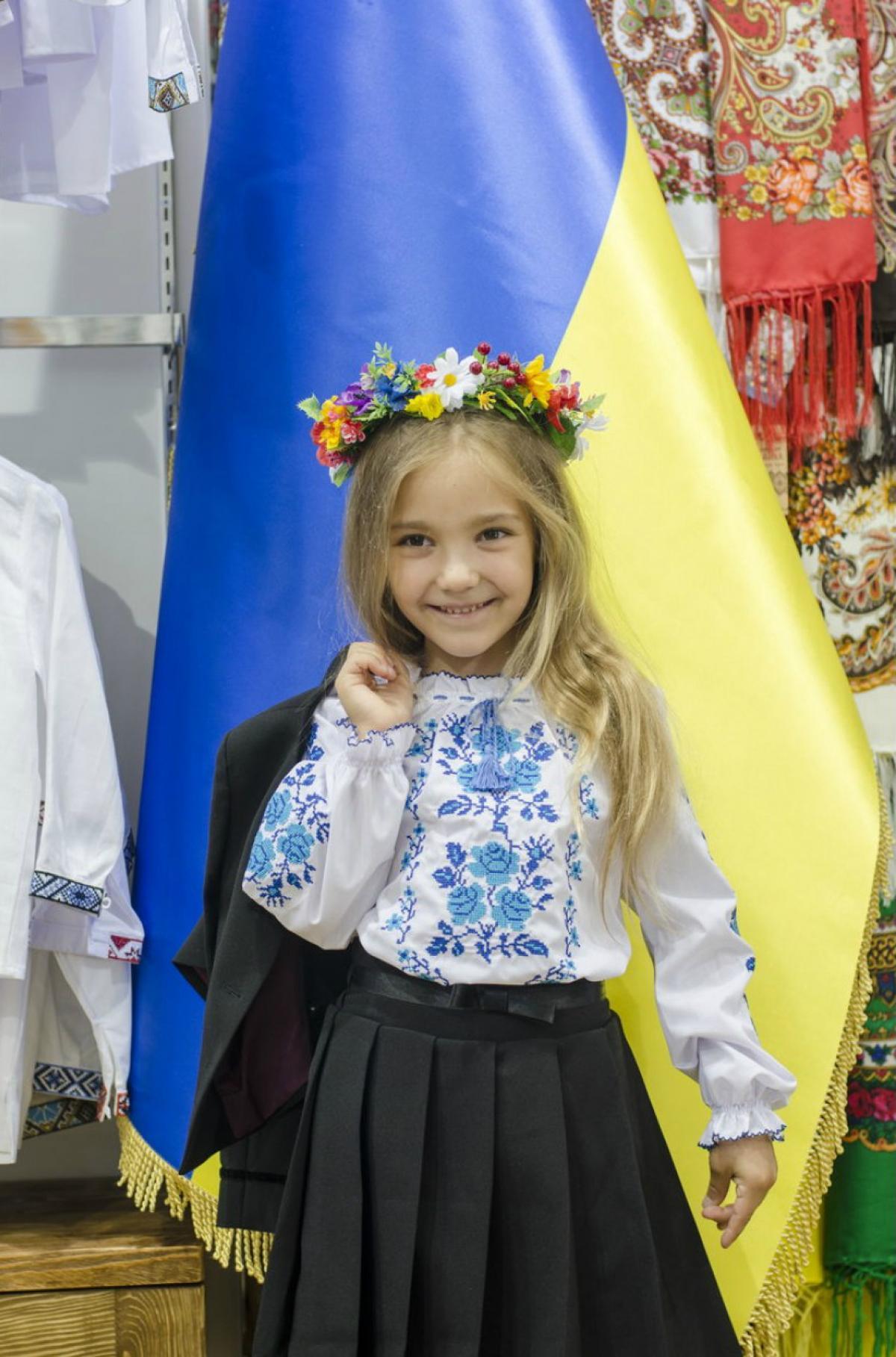 Белая вышиванка для девочки с голубой вышивкой Роза. Фото №1. | Народный дом Украина