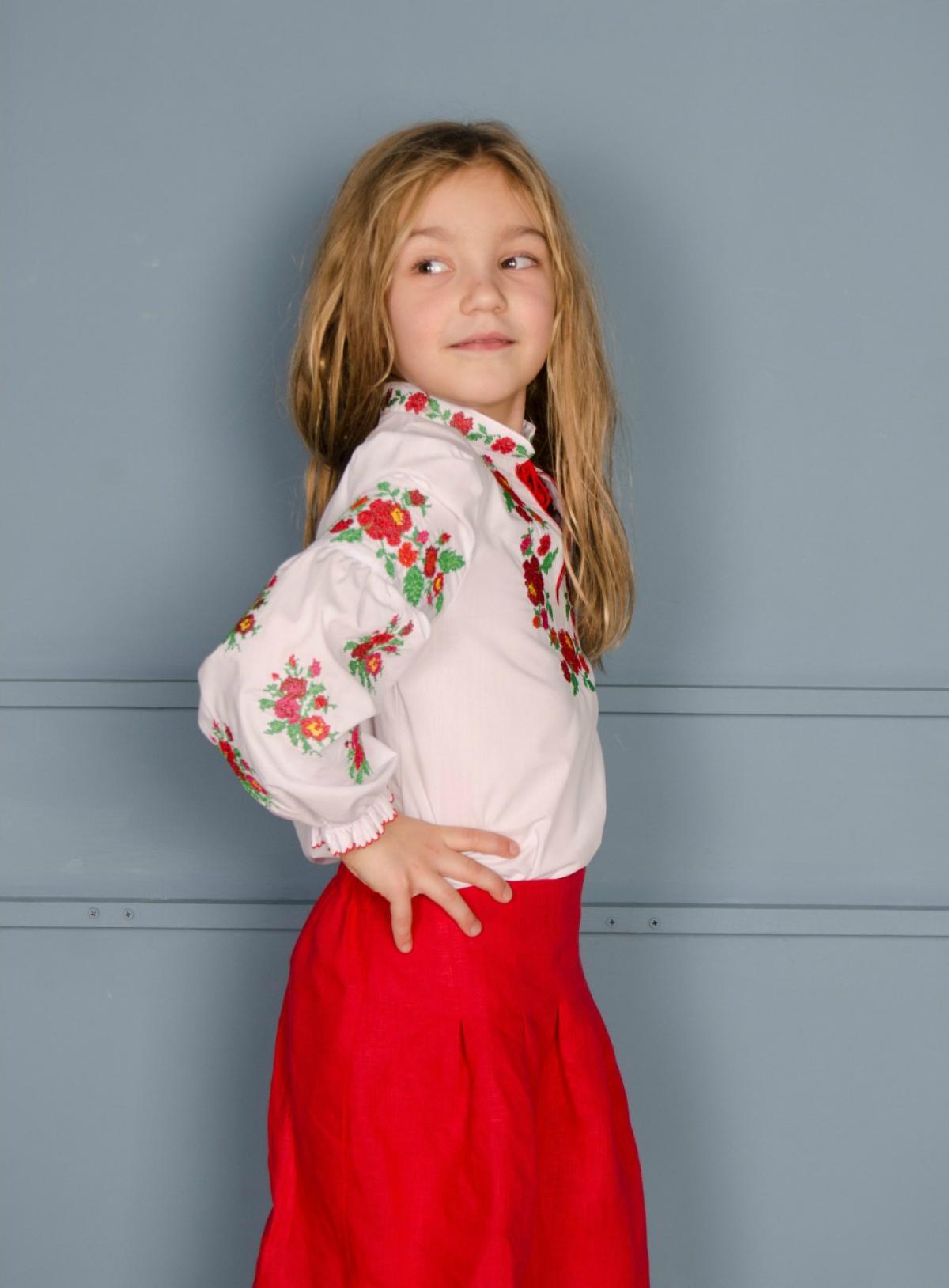 Біла вішиванка на дівчинку з червоно-зеленою вишивкою. Фото №2. | Народний дім Україна