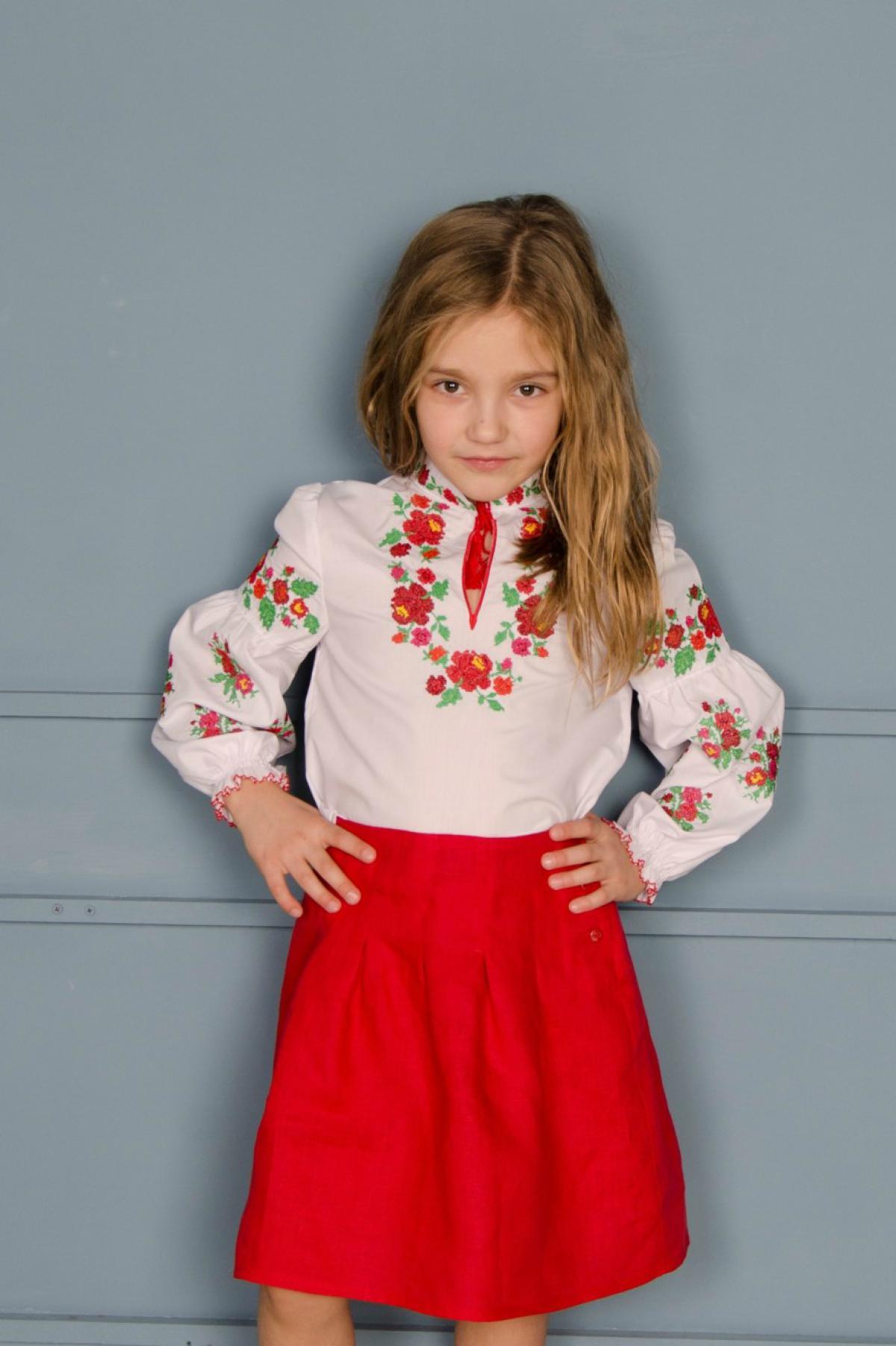 Біла вішиванка на дівчинку з червоно-зеленою вишивкою. Фото №1. | Народний дім Україна