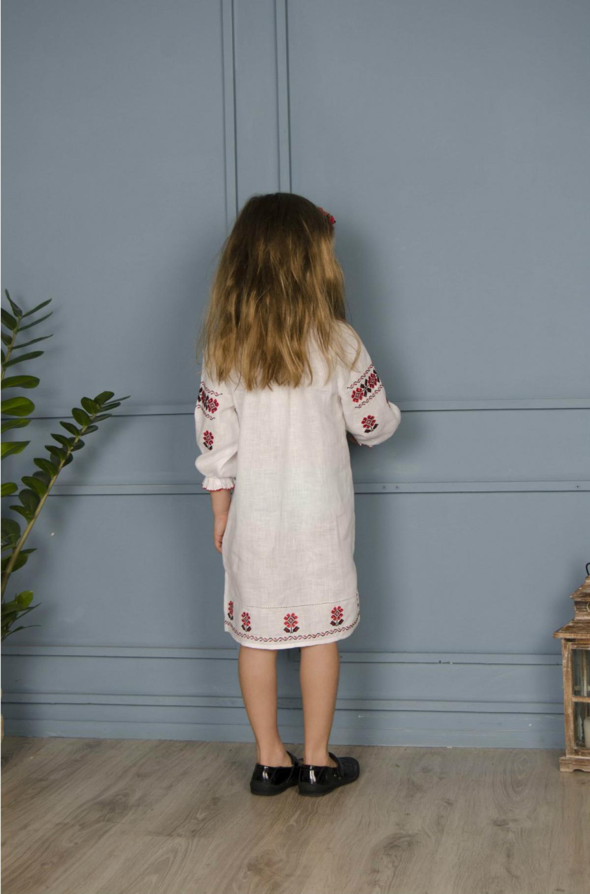 Біла вишита сукня для дівчинки з червоними вишитими квітами. Фото №2. | Народний дім Україна